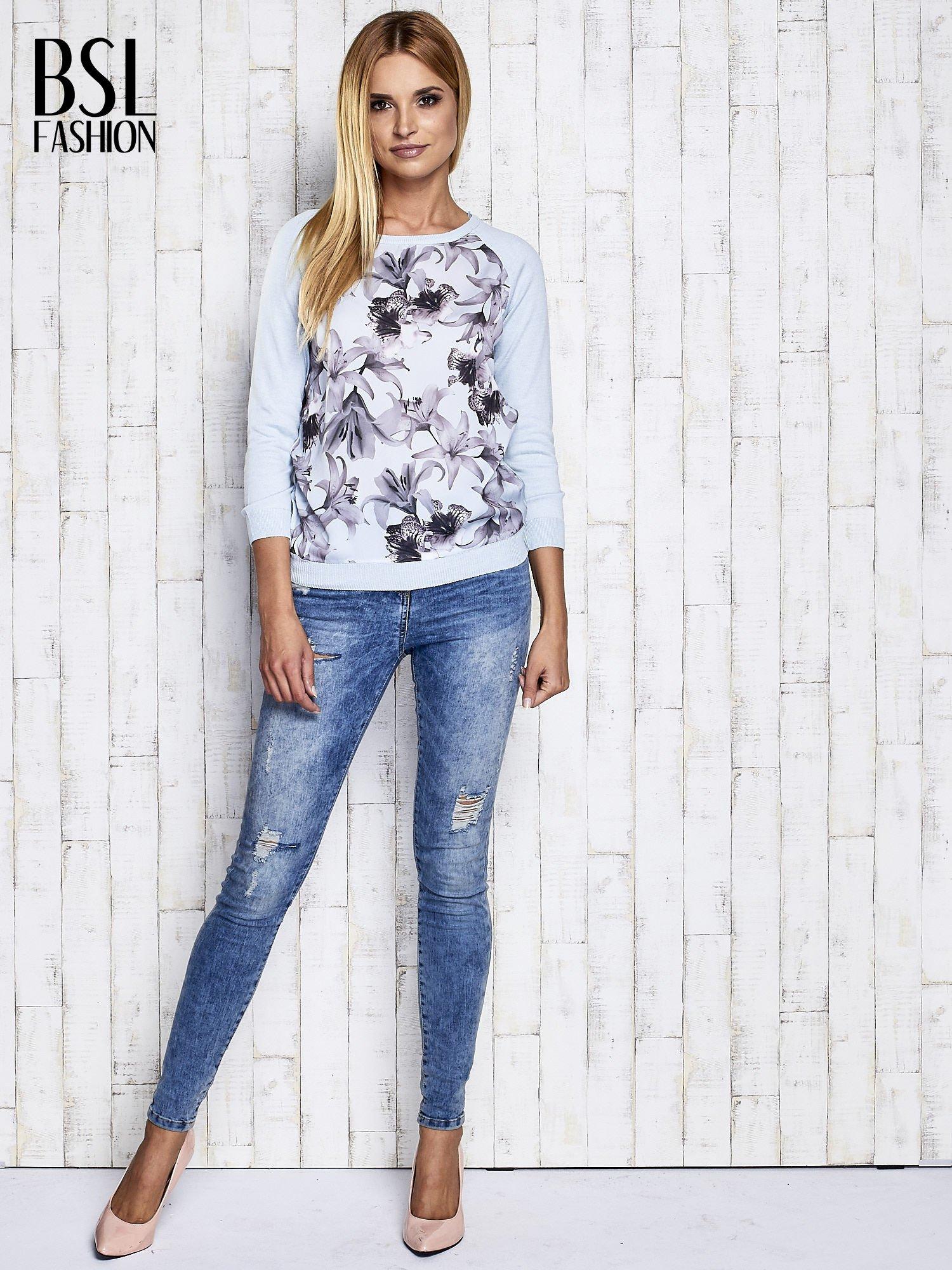 Jasnoniebieski kwiatowy sweter z łączonych materiałów                                  zdj.                                  4
