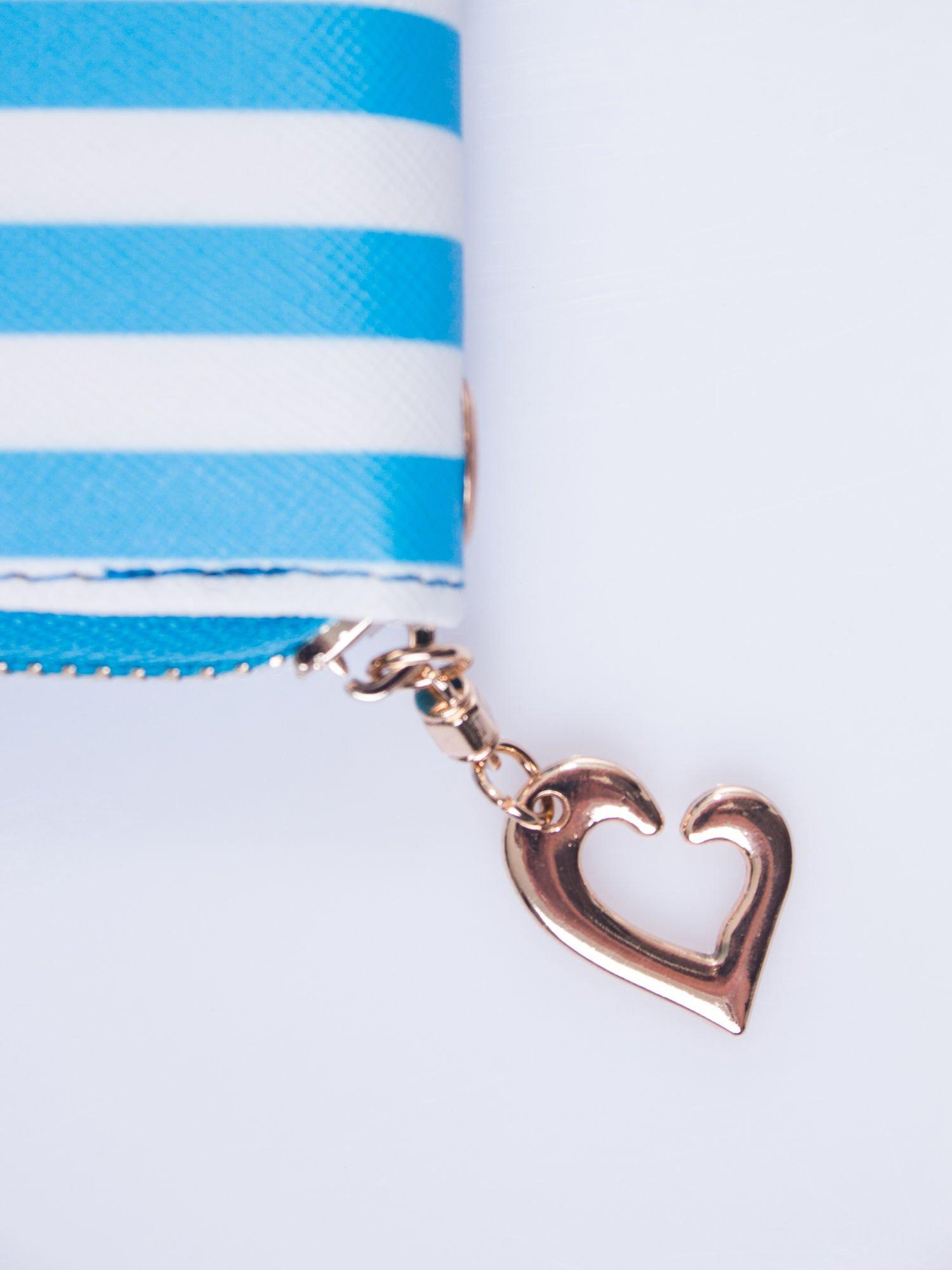 Jasnoniebieski portfel w paski z uchwytem                                  zdj.                                  4