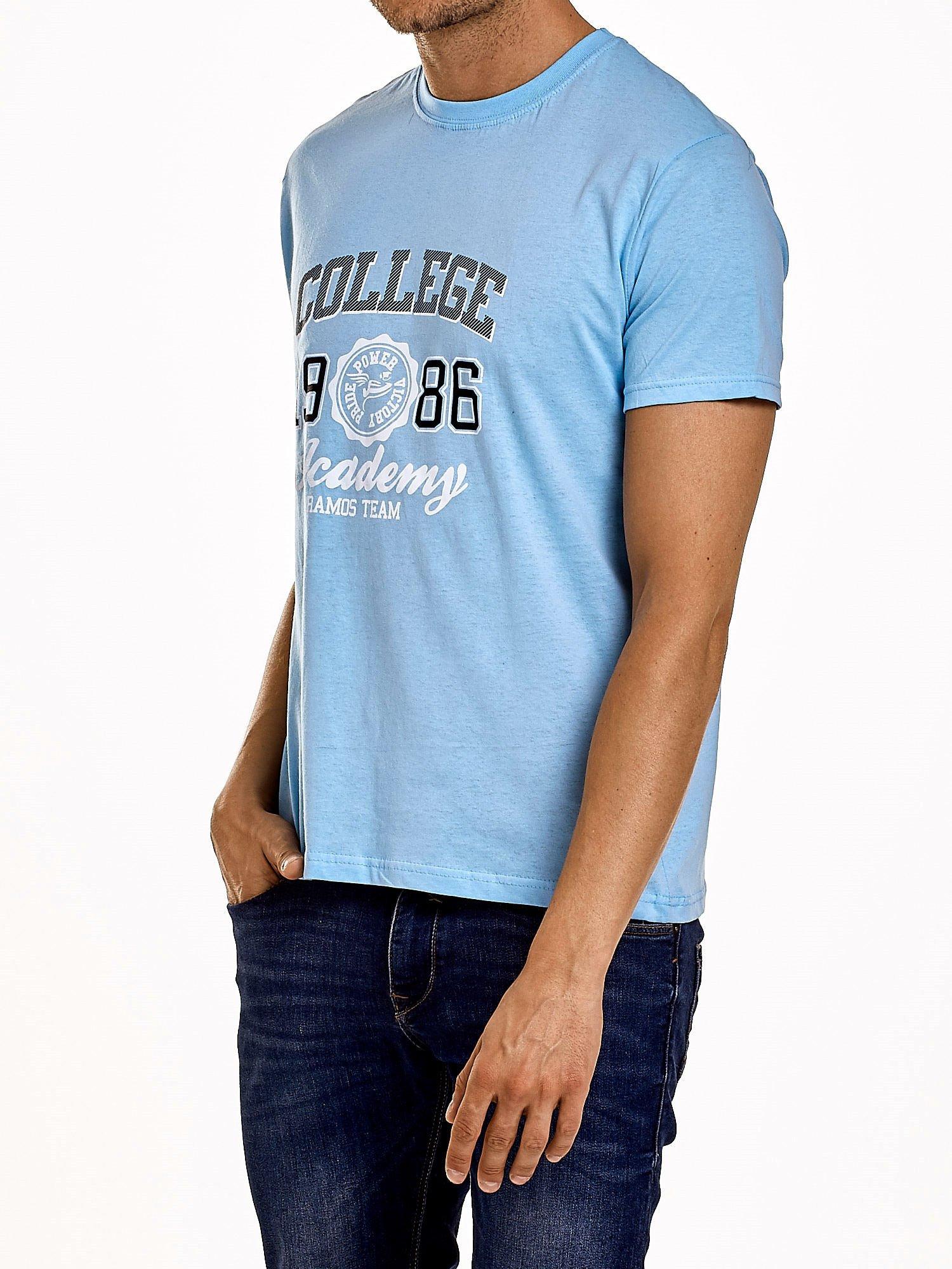 Jasnoniebieski t-shirt męski z nadrukiem i napisem COLLEGE 1986                                  zdj.                                  3
