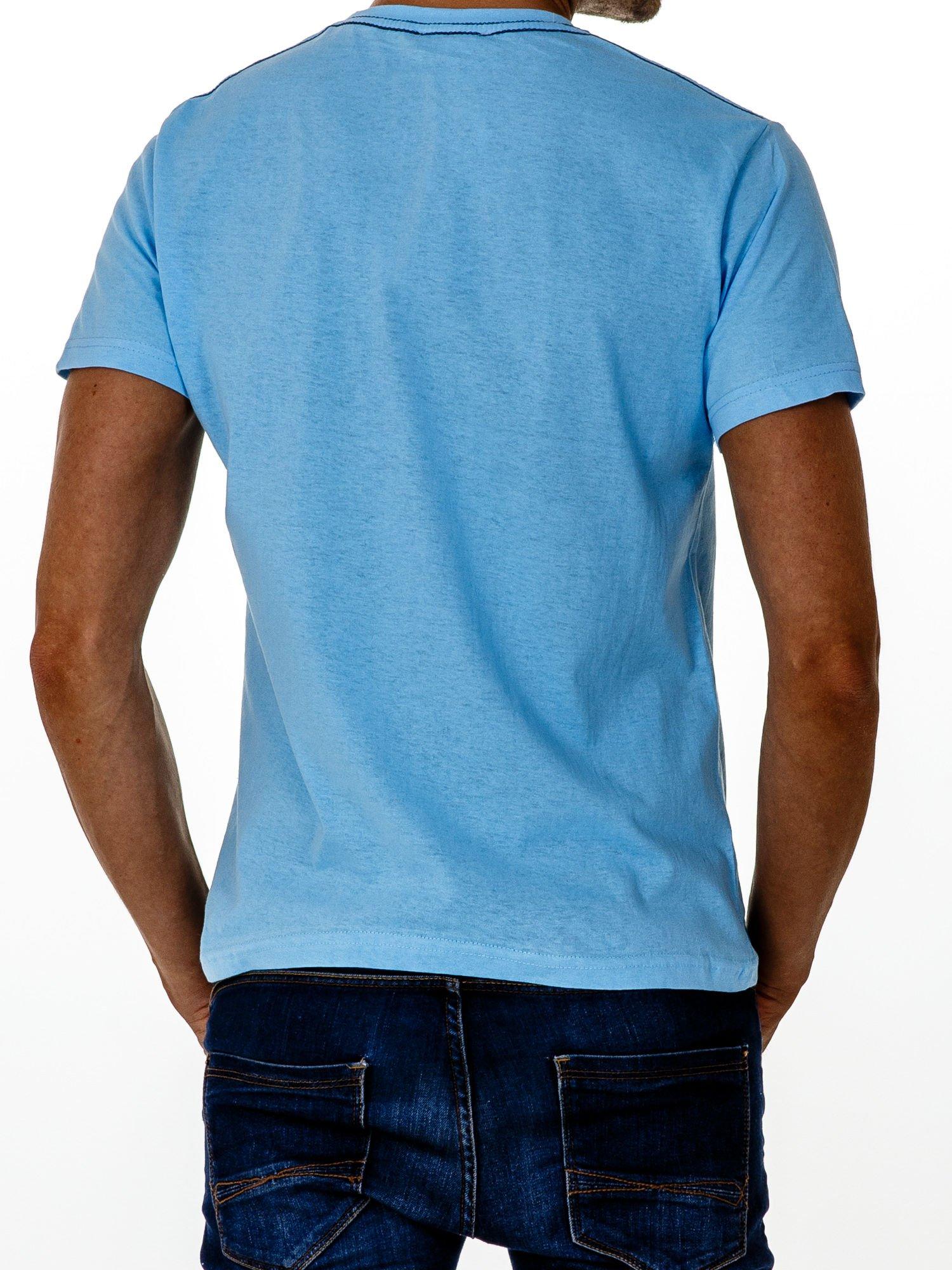 Jasnoniebieski t-shirt męski z nadrukiem i napisem ONE                                  zdj.                                  2