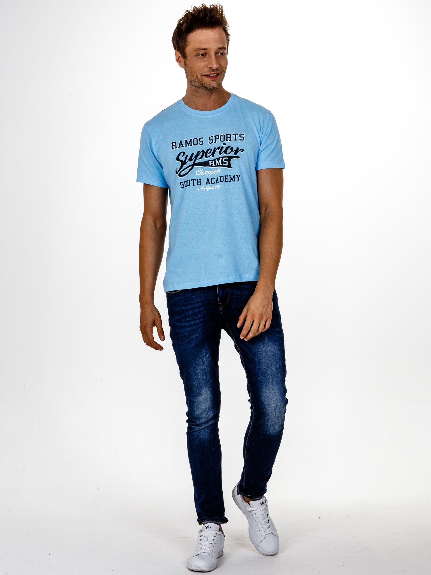 Jasnoniebieski t-shirt męski ze sportowym nadrukiem i napisem SUPERIOR                                  zdj.                                  4