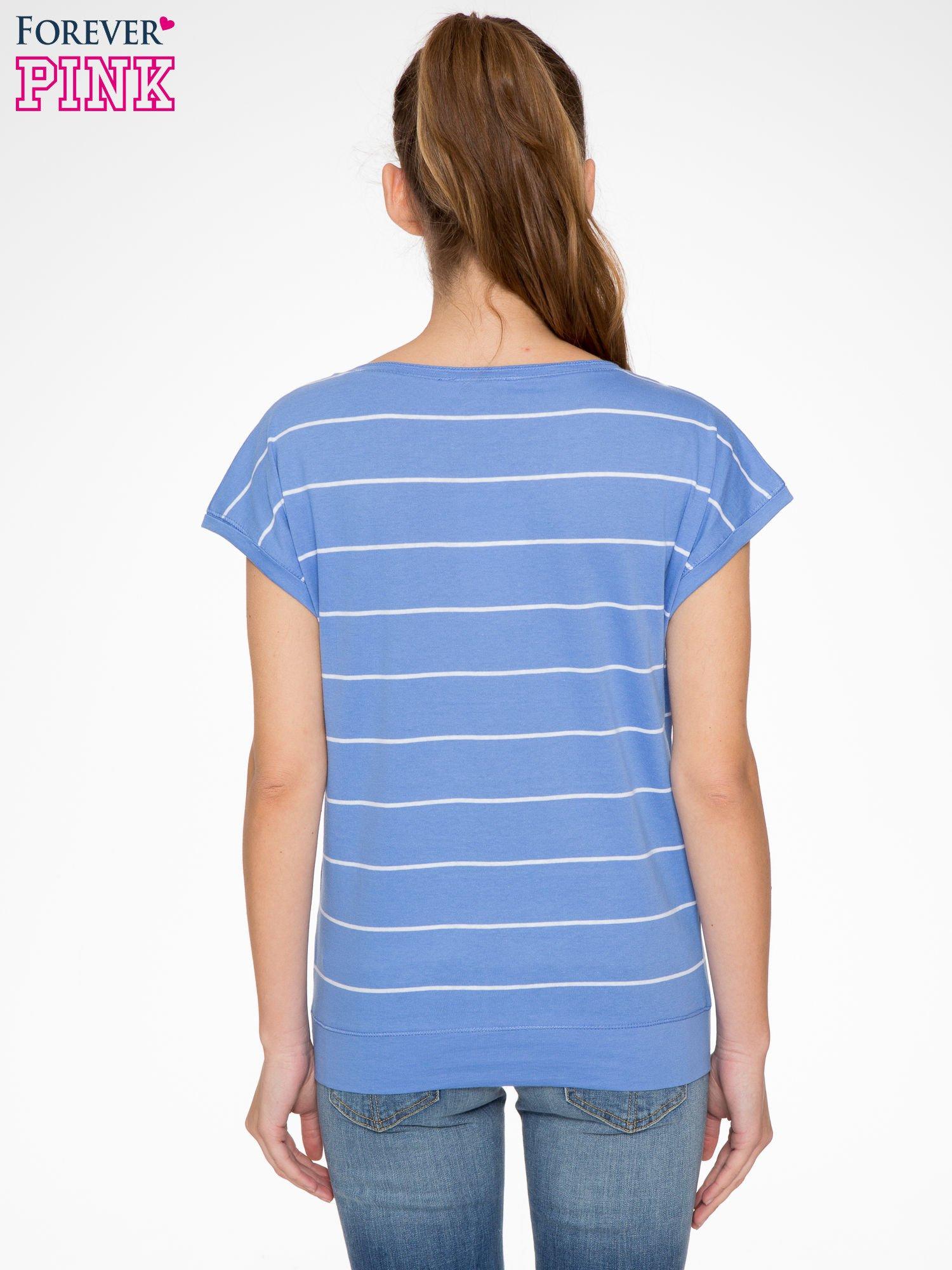 Jasnoniebieski t-shirt w paski                                   zdj.                                  3