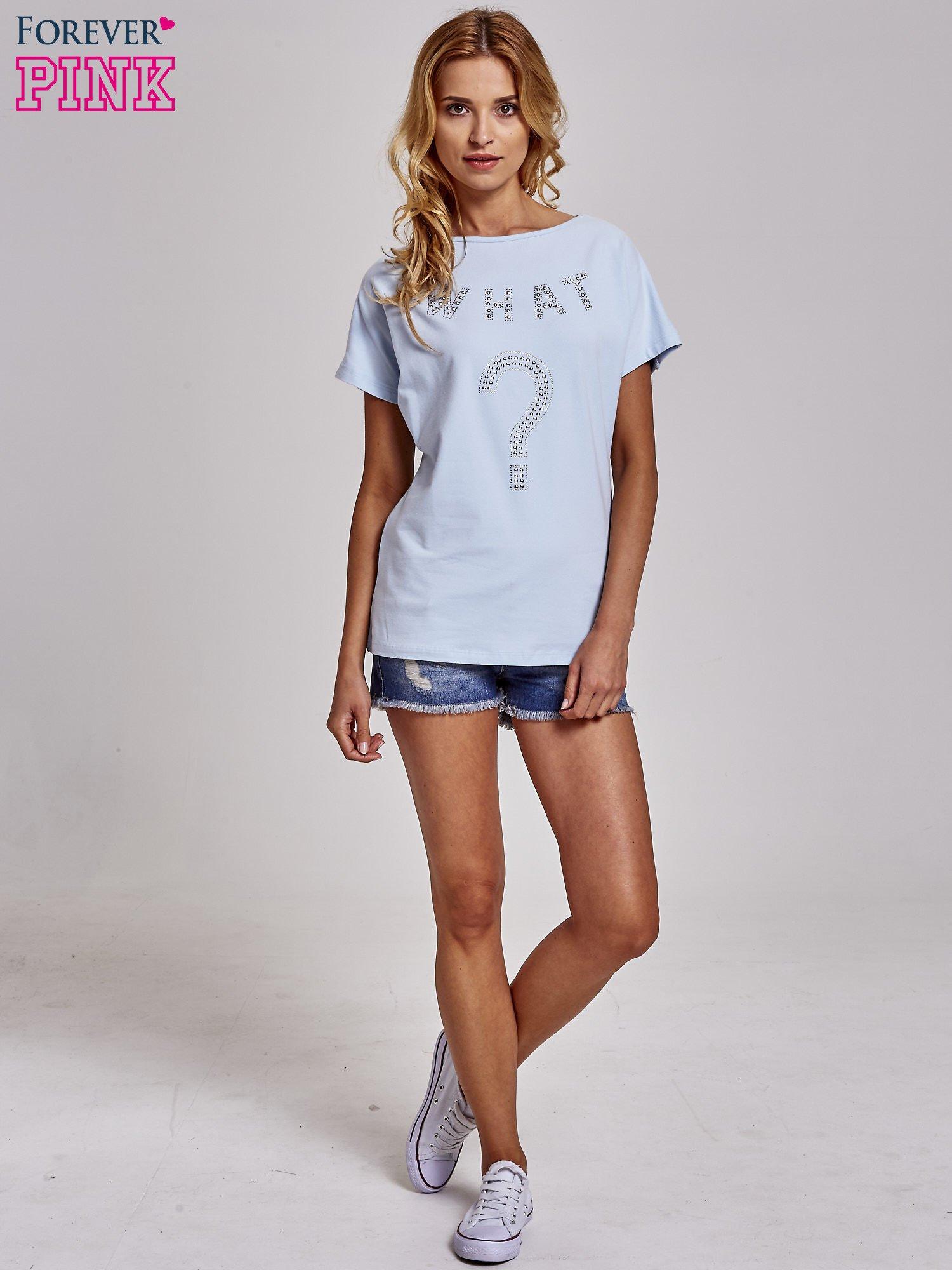 Jasnoniebieski t-shirt z aplikacją z dżetów WHAT?                                  zdj.                                  2