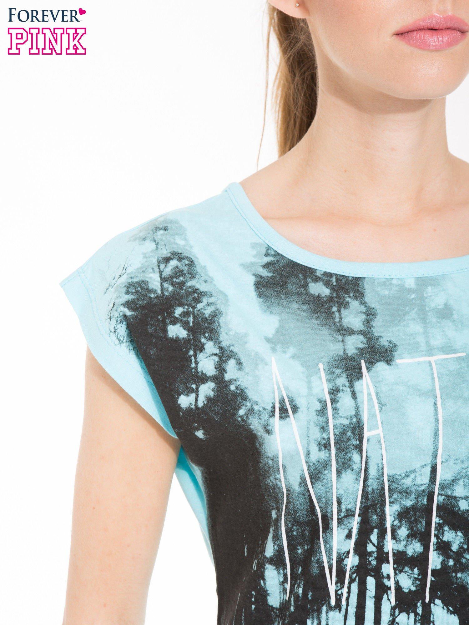 Jasnoniebieski t-shirt z nadrukiem NATURE                                  zdj.                                  5