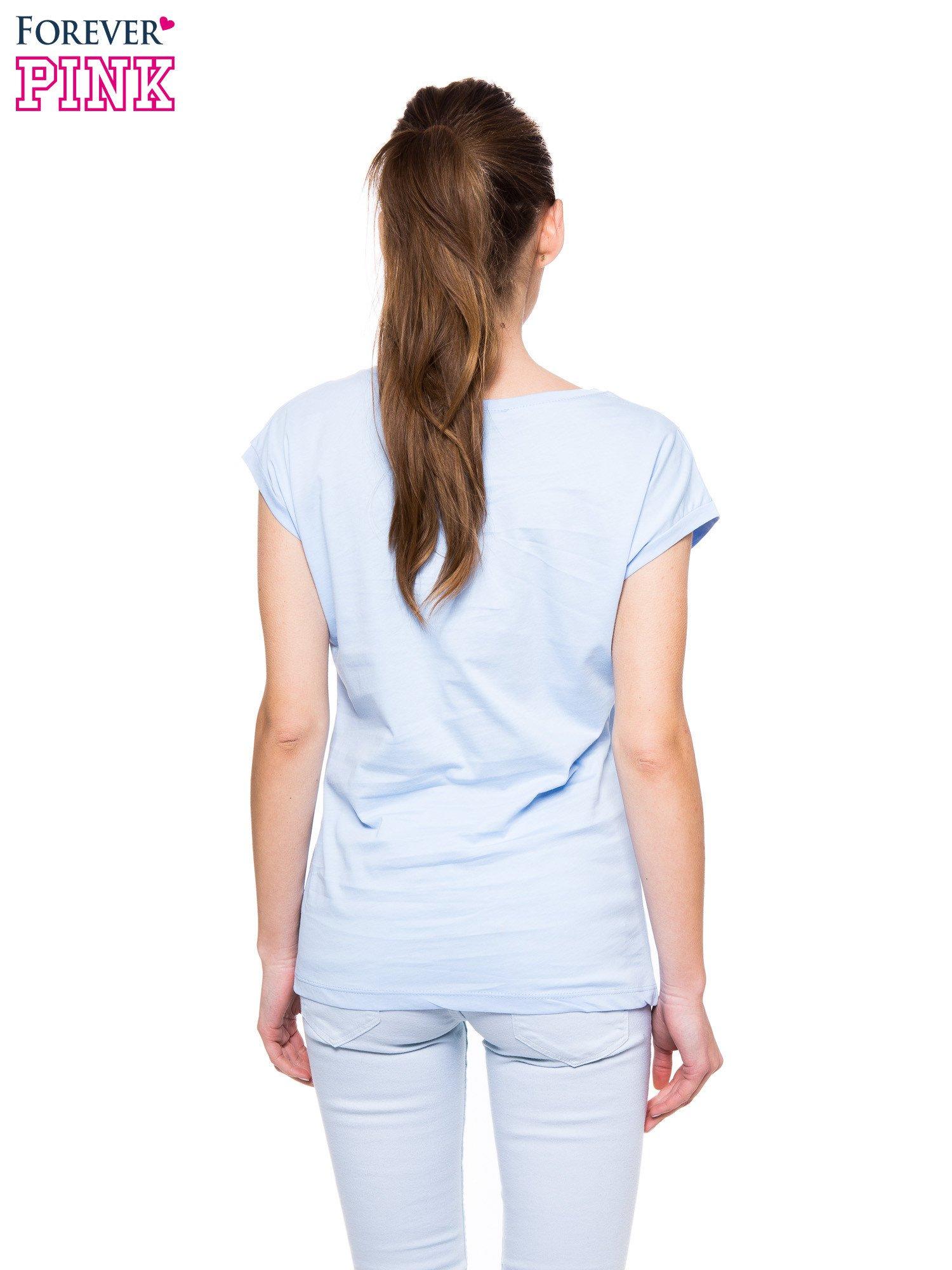 Jasnoniebieski t-shirt z nadrukiem pocałunku                                  zdj.                                  3