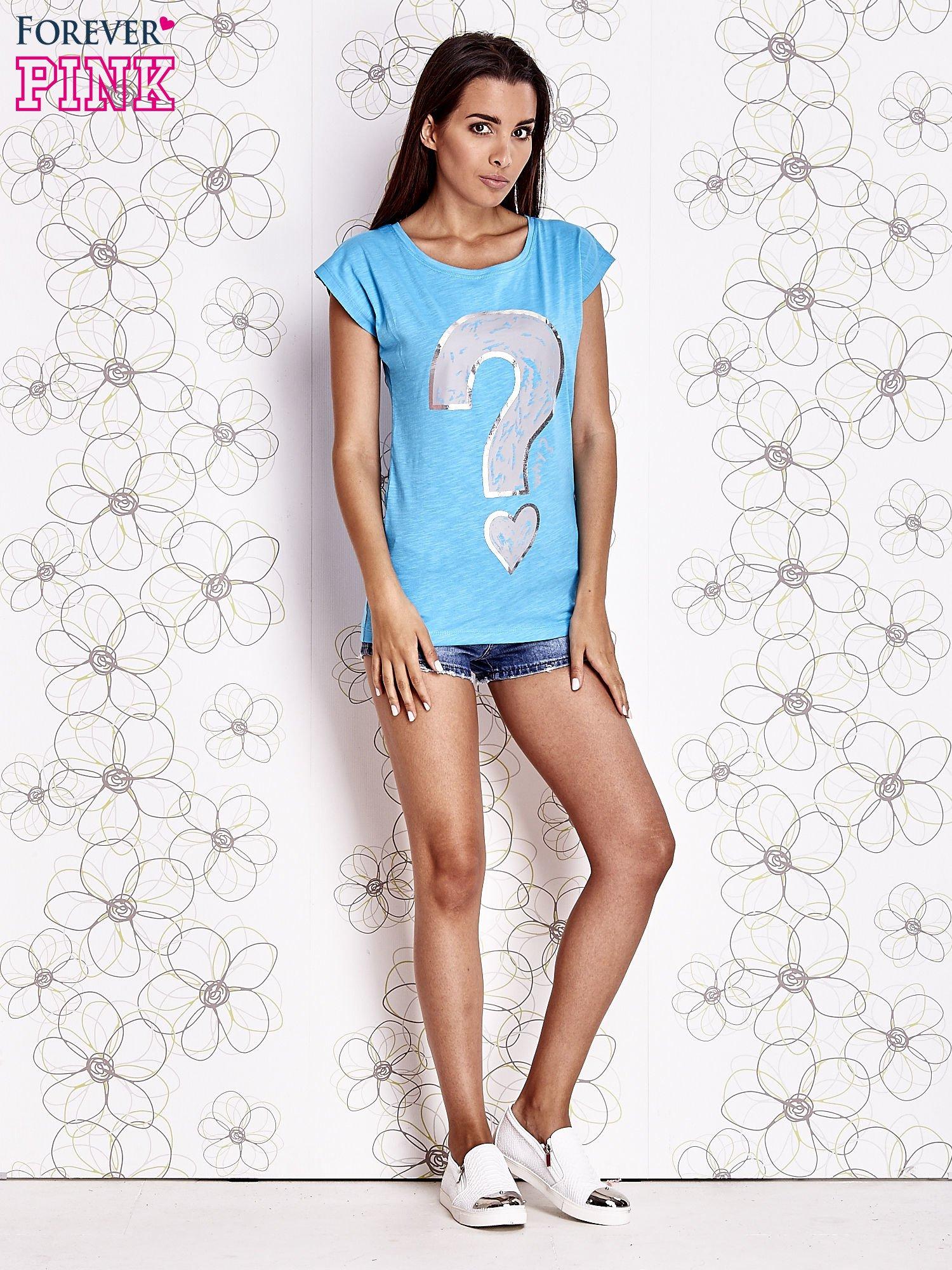 Jasnoniebieski t-shirt z nadrukiem znaku zapytania                                  zdj.                                  2