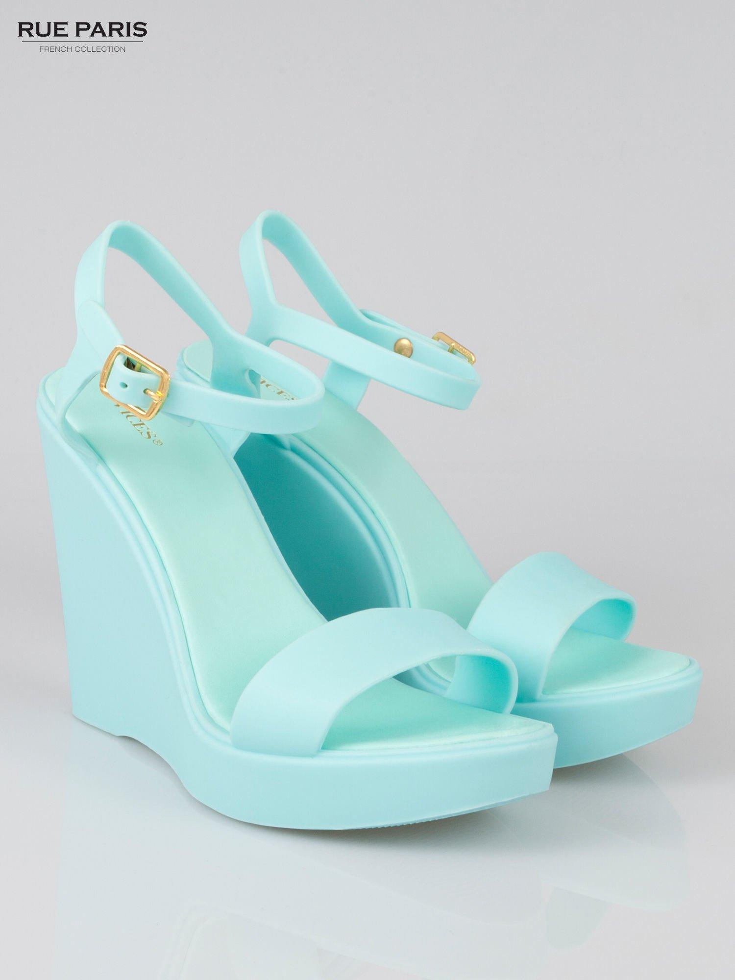 Jasnoniebieskie gumowe sandały na koturnie                                  zdj.                                  2