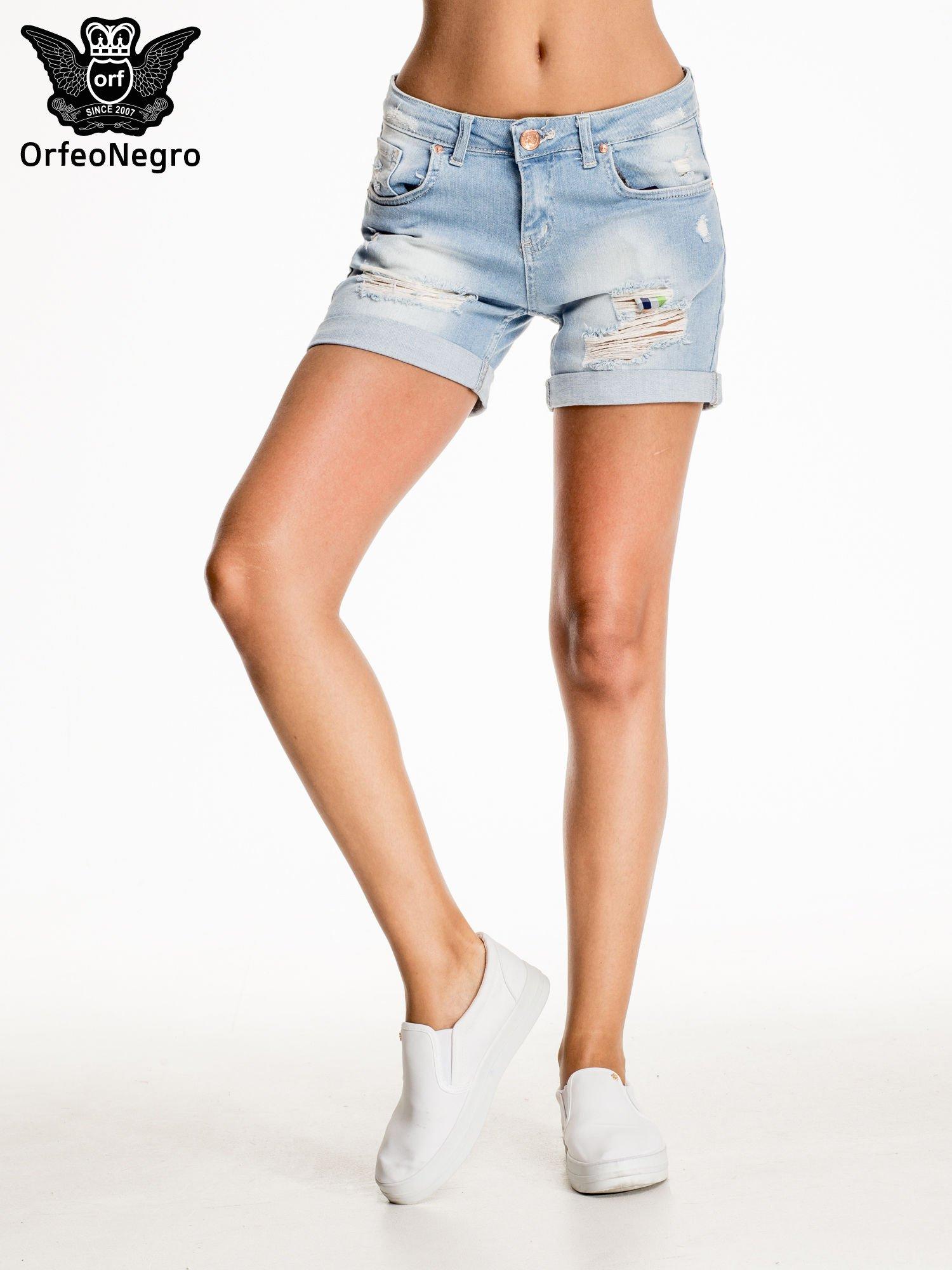 Jasnoniebieskie jeansowe szorty z przetarciem                                  zdj.                                  2