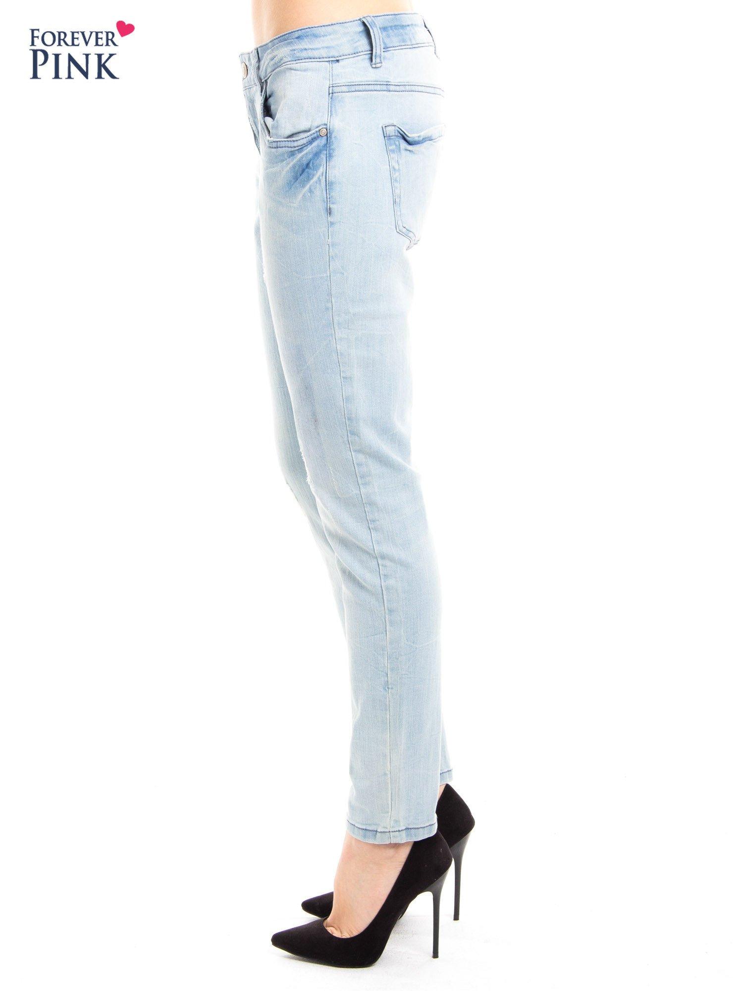 Jasnoniebieskie jeansy rurki z przetarciami                                  zdj.                                  4