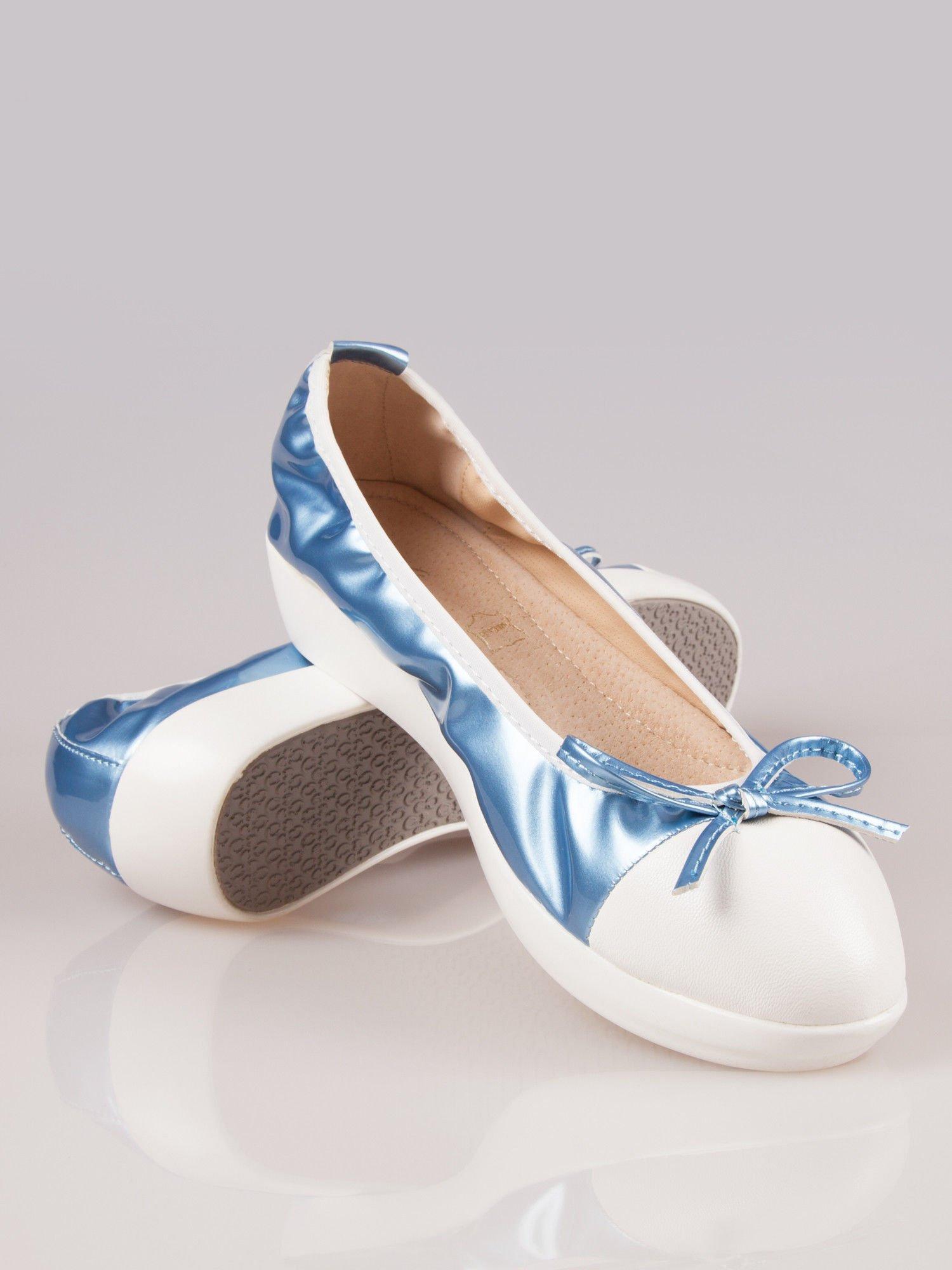 Jasnoniebieskie lakierowane baleriny Natty z białym noskiem na grubej podeszwie                                  zdj.                                  2