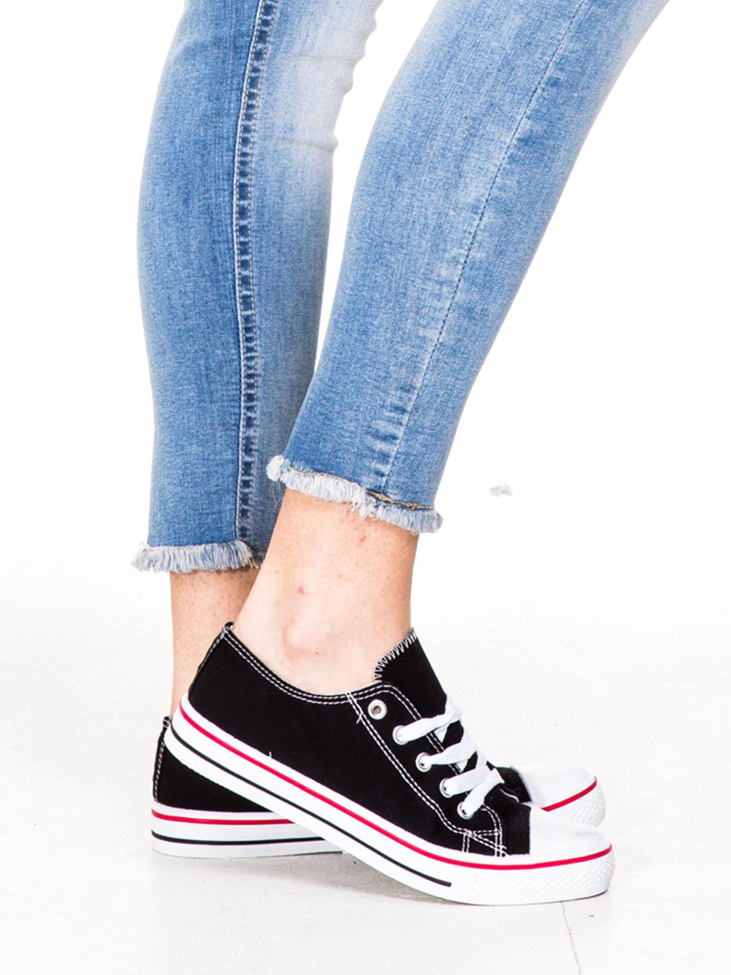 Jasnoniebieskie spodnie jeansowe rurki z poszarpaną nogawką na dole                                  zdj.                                  7