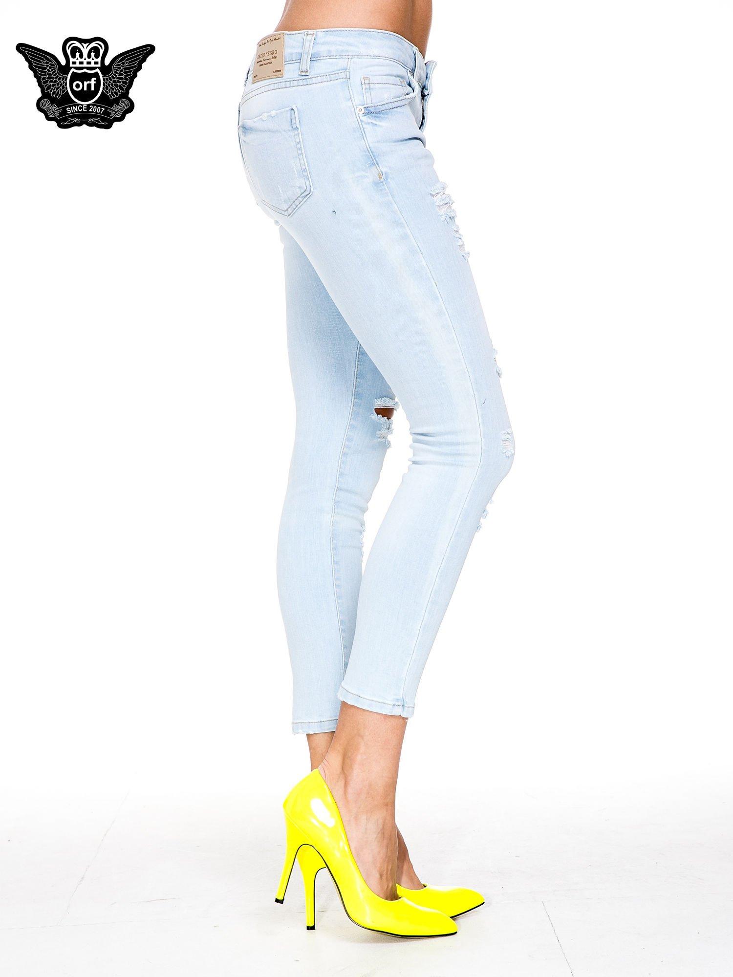 Jasnoniebieskie spodnie jeasnowe skinny jeans z łatami i dziurami                                  zdj.                                  3