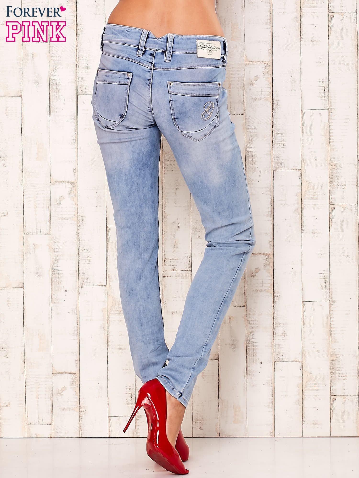 Jasnoniebieskie spodnie regular jeans z naszywką gwiazdki                                  zdj.                                  3
