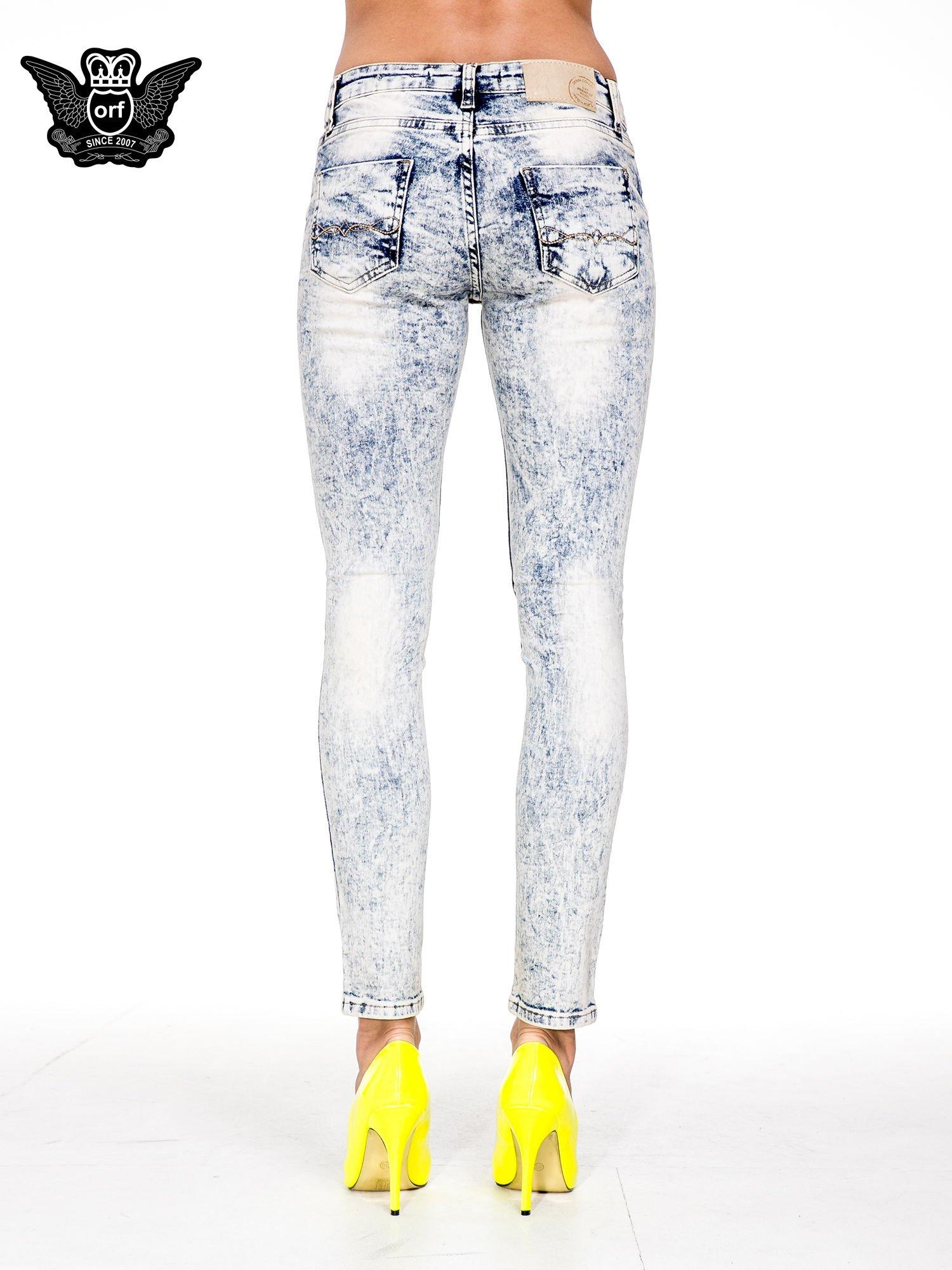 Jasnoniebieskie spodnie skinny jeans z dekatyzowaniem i przetarciami                                  zdj.                                  5