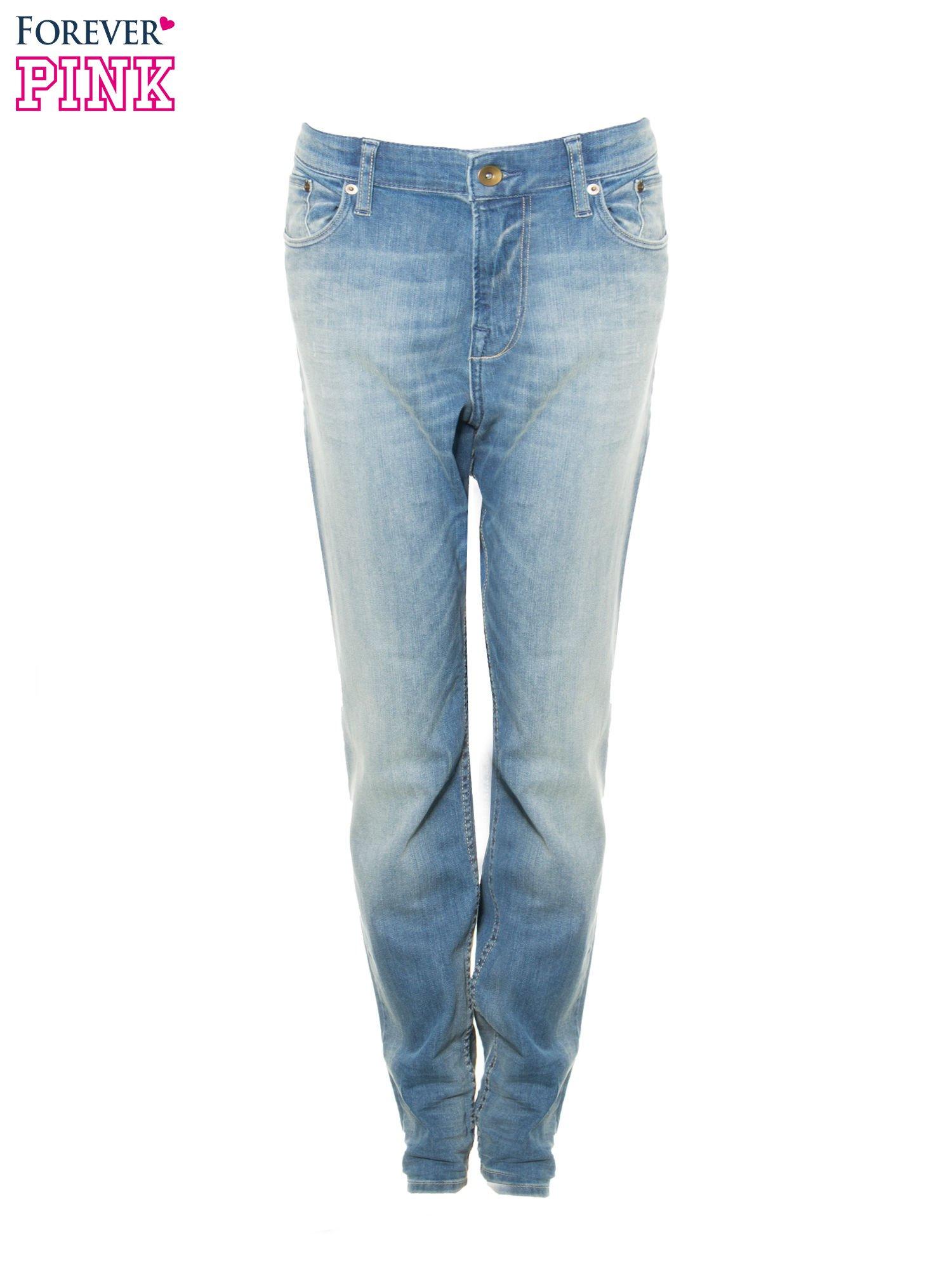 Jasnoniebieskie spodnie typu boyfriend jeans z rozjaśnianą nogawką                                  zdj.                                  9