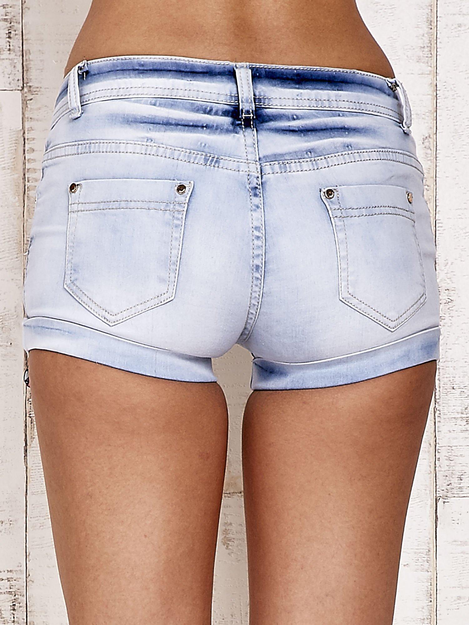 Jasnoniebieskie szorty jeansowe z podwijanymi nogawkami                                  zdj.                                  2