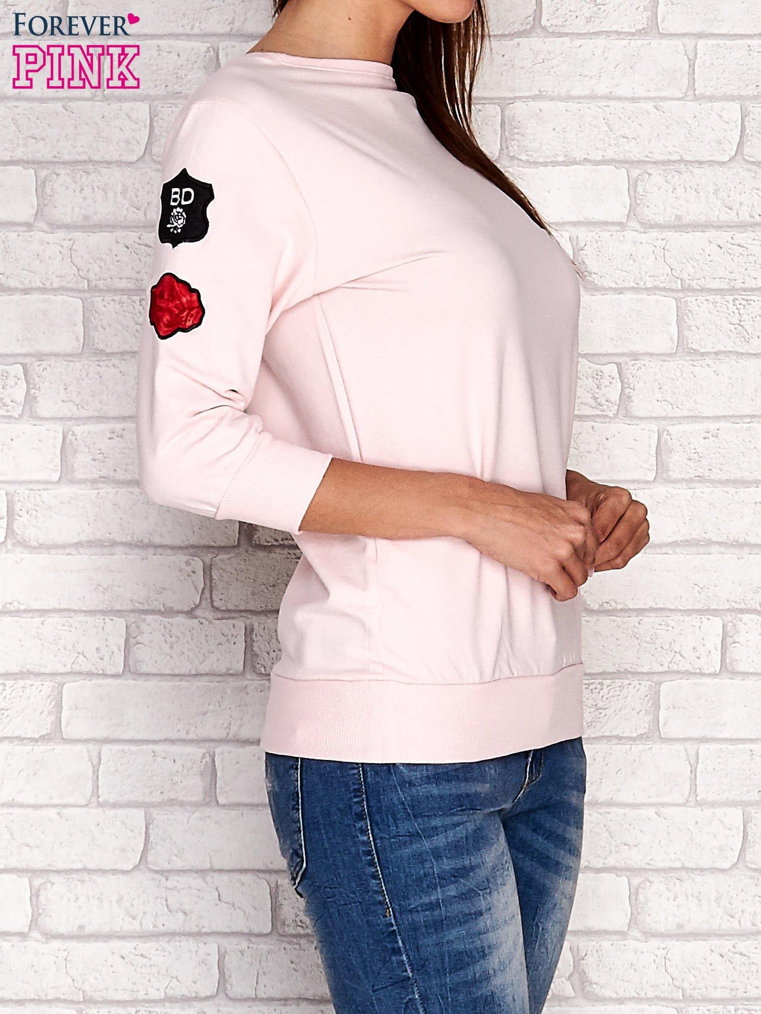 Jasnoróżowa bluza z naszywkami na rękawie                                  zdj.                                  3