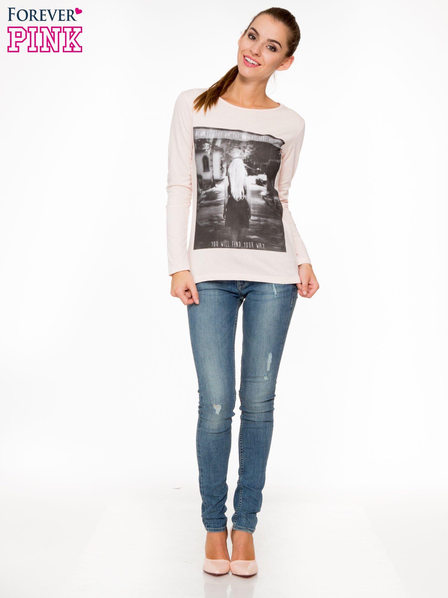 Jasnoróżowa bluzka z fotografią dziewczyny                                  zdj.                                  2