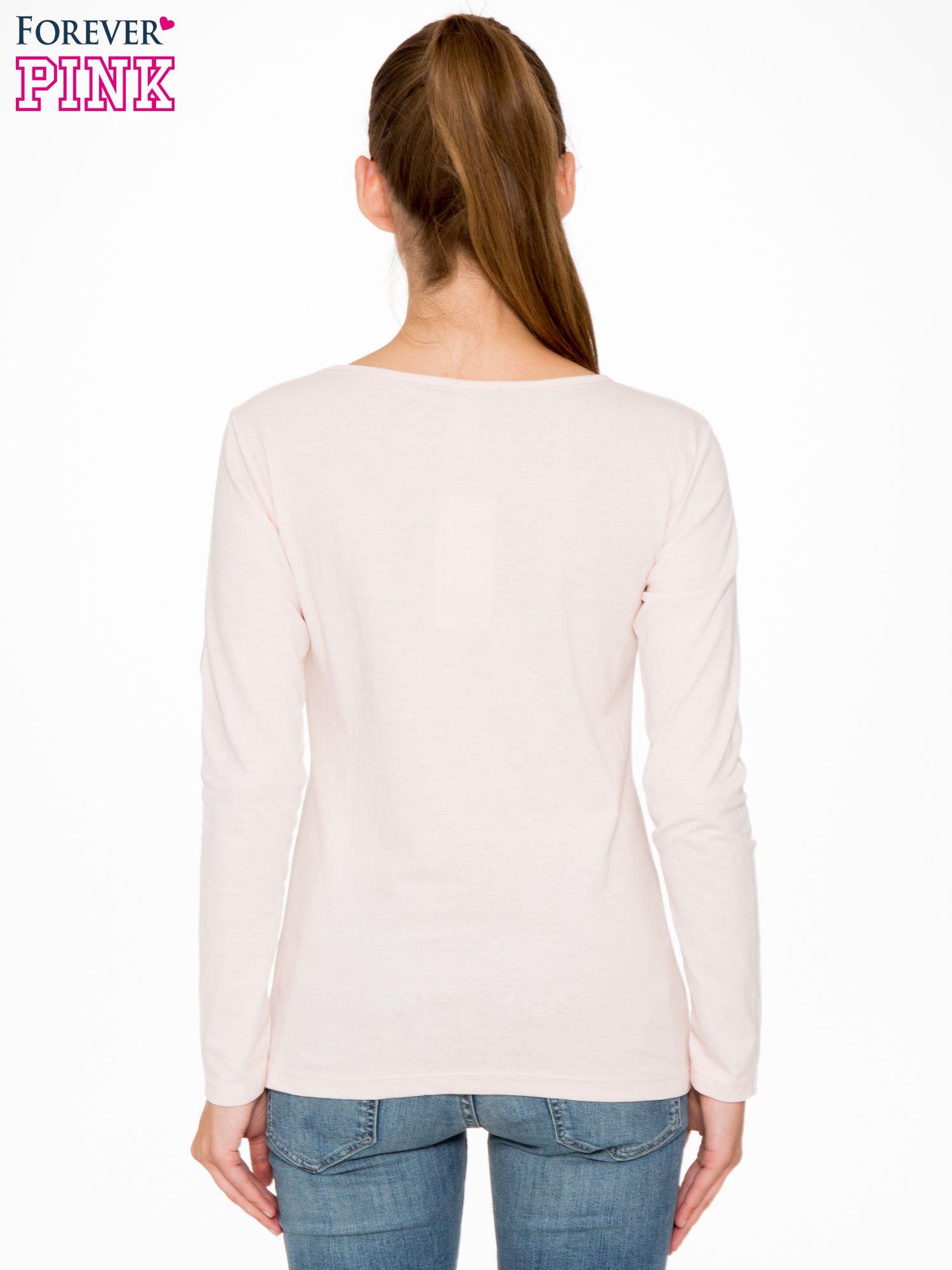 Jasnoróżowa bluzka z fotografią dziewczyny                                  zdj.                                  4