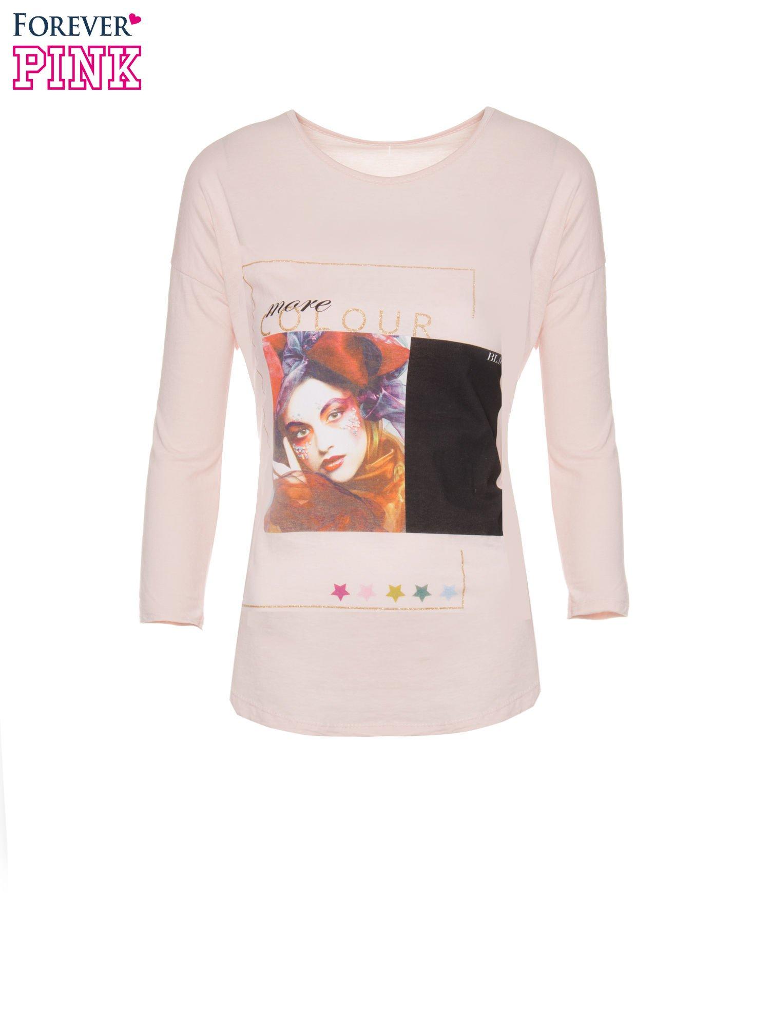 Jasnoróżowa bluzka z nadrukiem fashion i napisem MORE COLOUR                                  zdj.                                  5