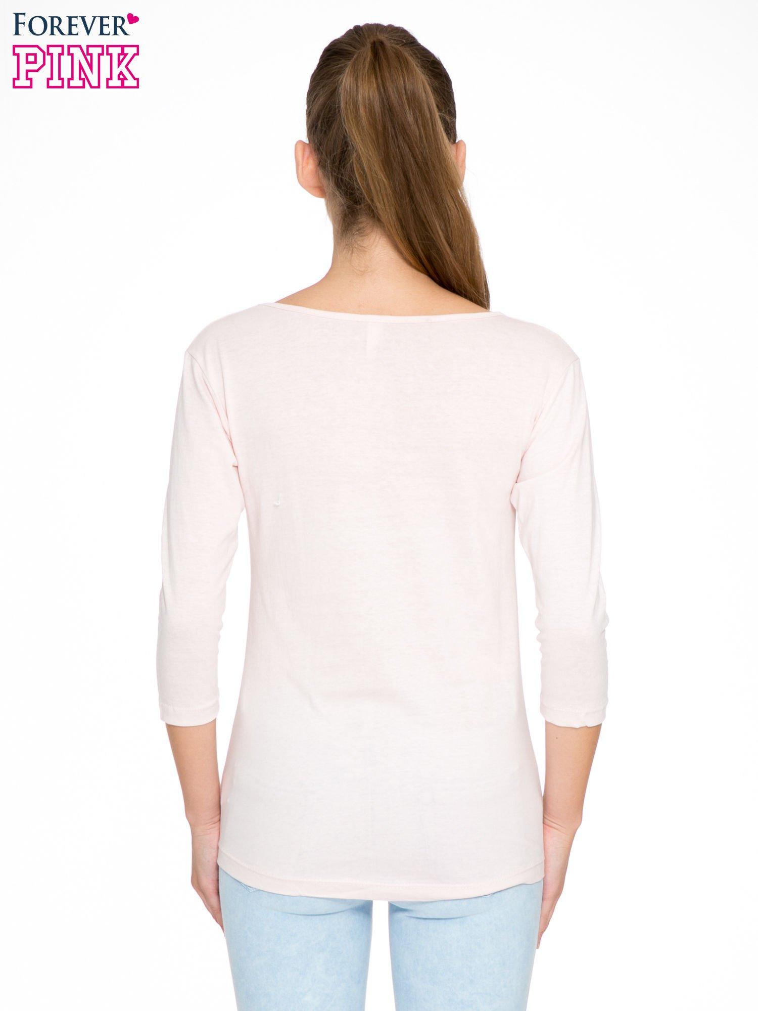 Jasnoróżowa bluzka z nadrukiem fashion i napisem MORE COLOUR                                  zdj.                                  4