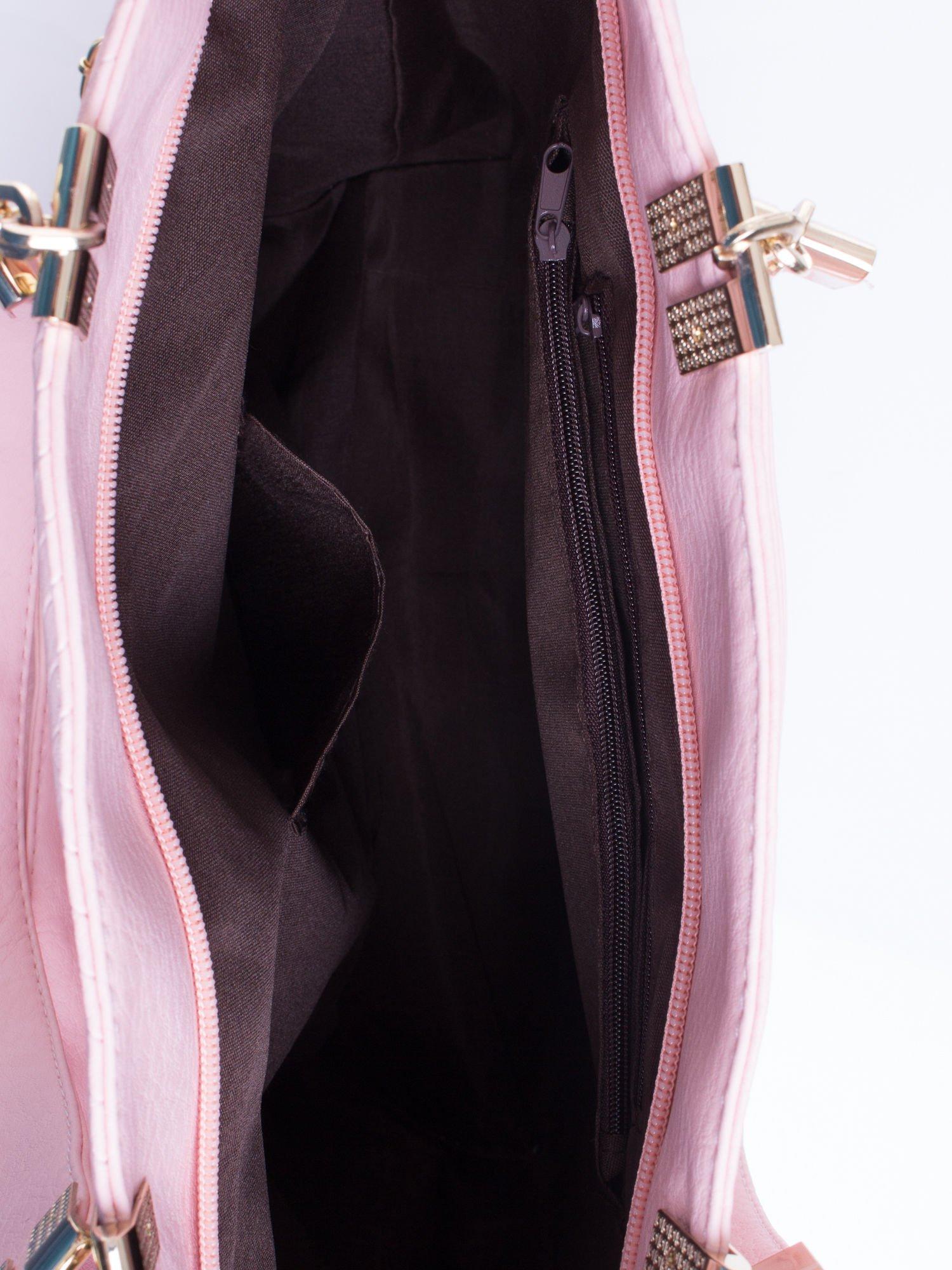 Jasnoróżowa fakturowana torebka damska ze złotymi okuciami                                  zdj.                                  5