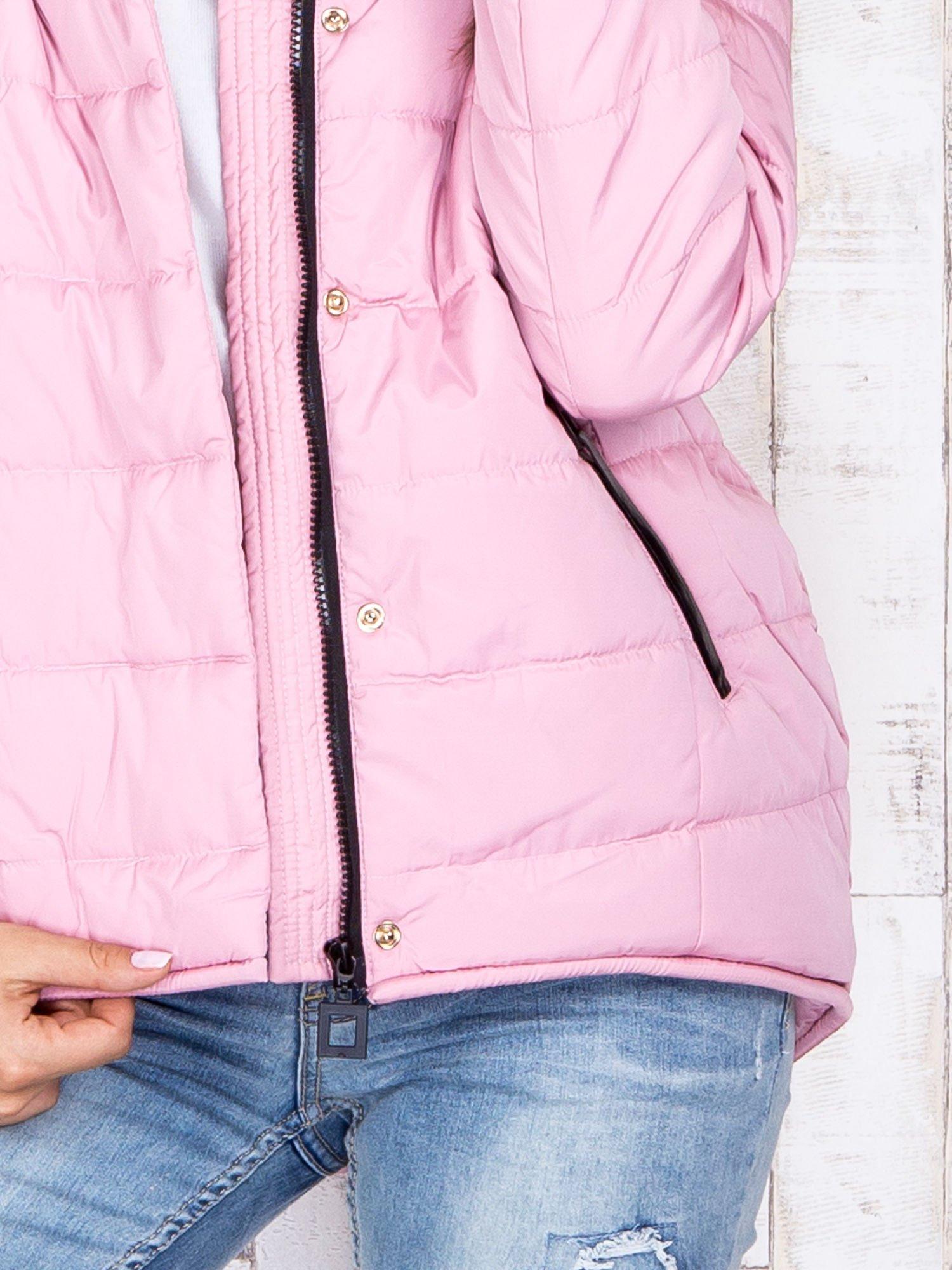 Jasnoróżowa przejściowa kurtka puchowa z dłuższym tyłem                                  zdj.                                  8