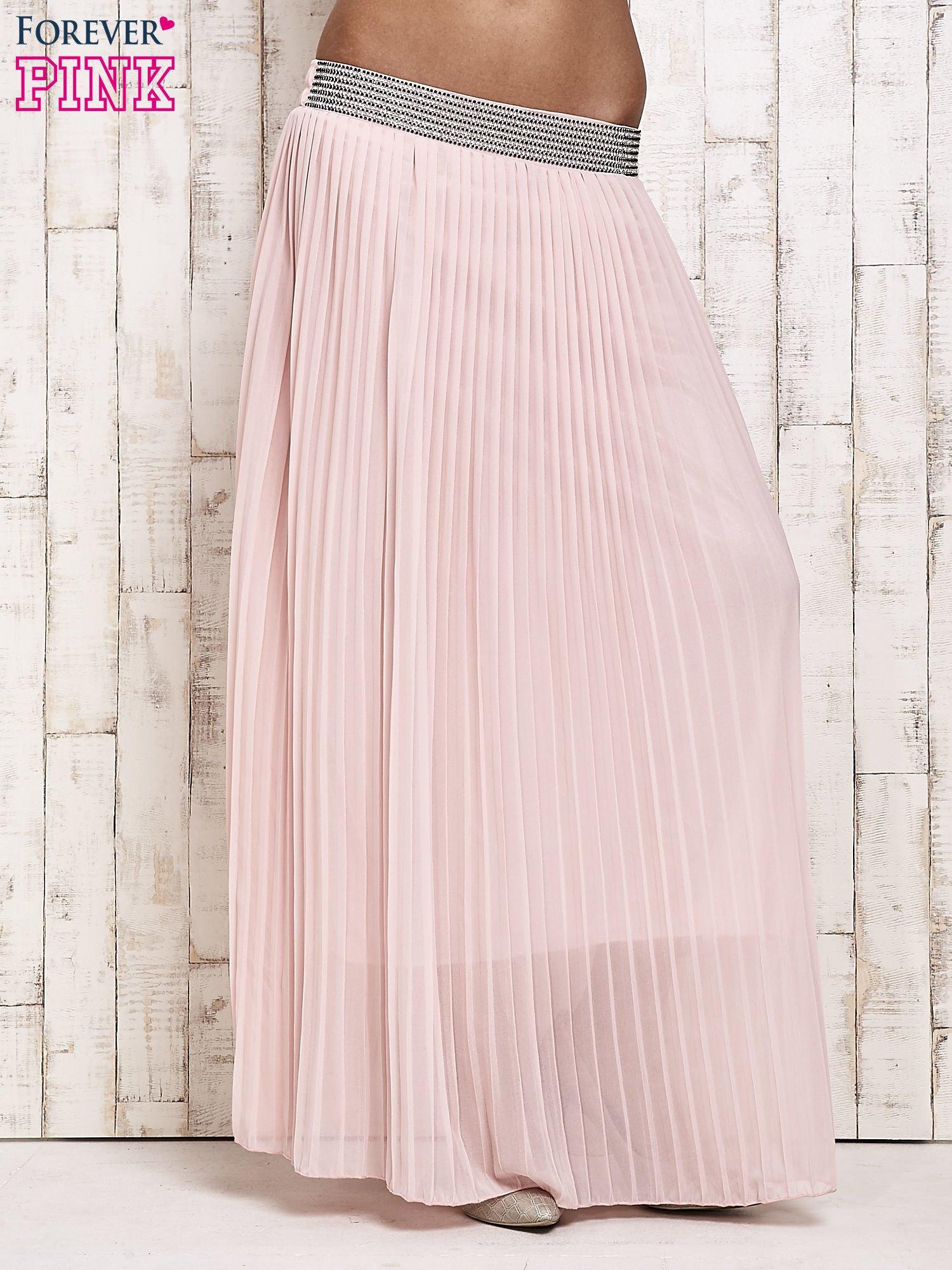 79765f32e430 Jasnoróżowa spódnica maxi plisowana z dżetami w pasie - Spódnica ...