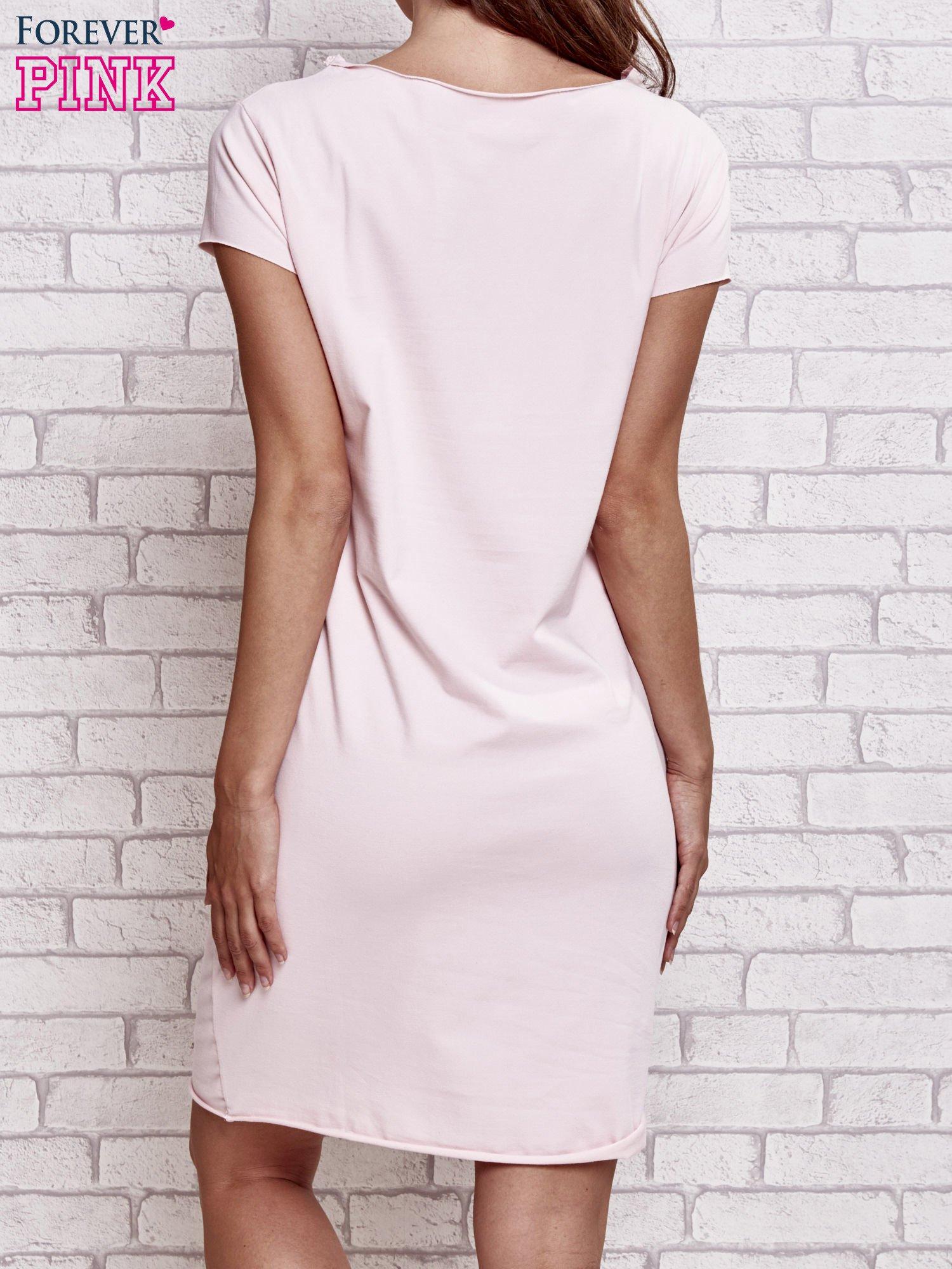 Jasnoróżowa sukienka dresowa z napisem BLACKED                                  zdj.                                  4