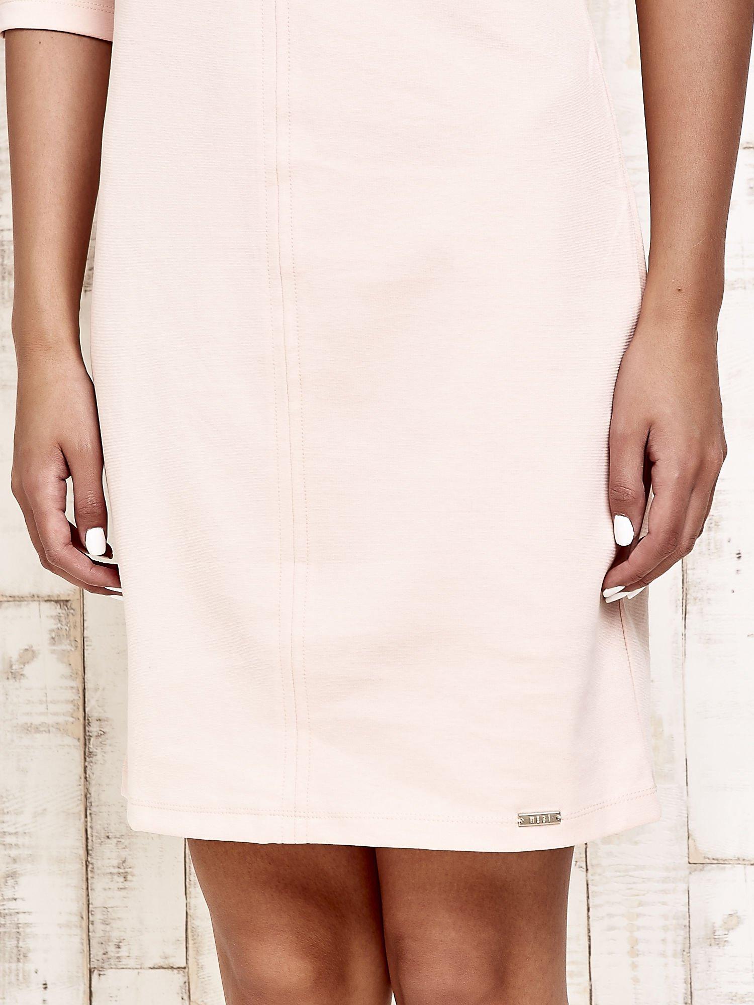 Jasnoróżowa sukienka dresowa z suwakiem z tyłu                                  zdj.                                  6