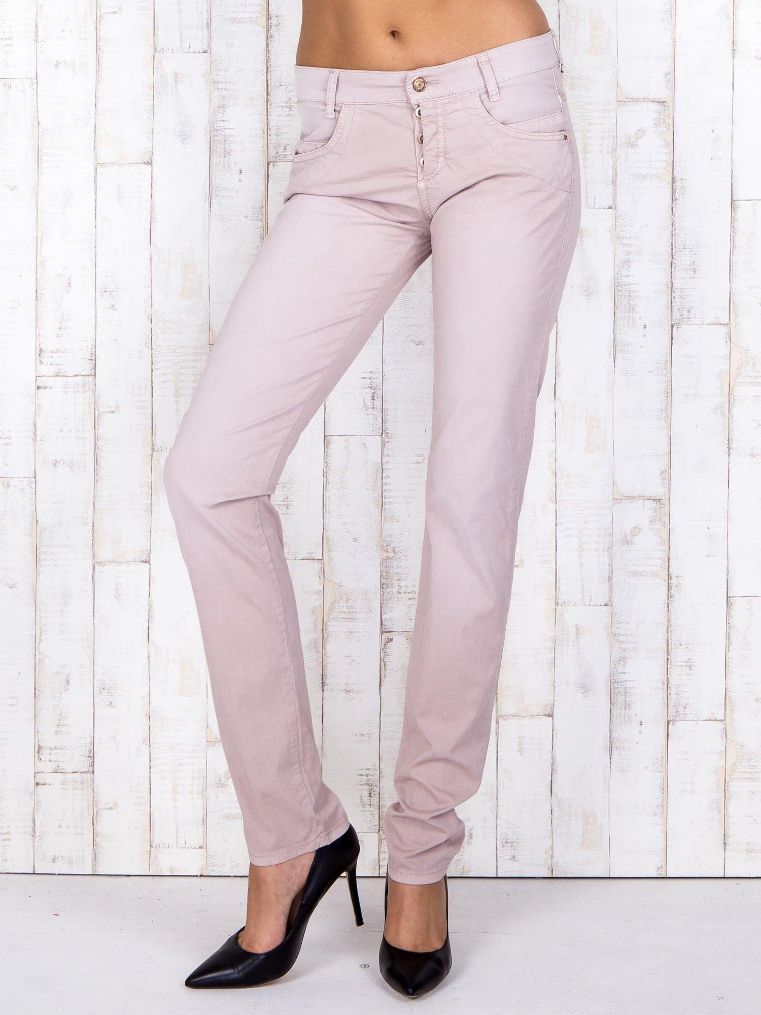 Jasnoróżowe materiałowe spodnie regular na guziki                                  zdj.                                  1