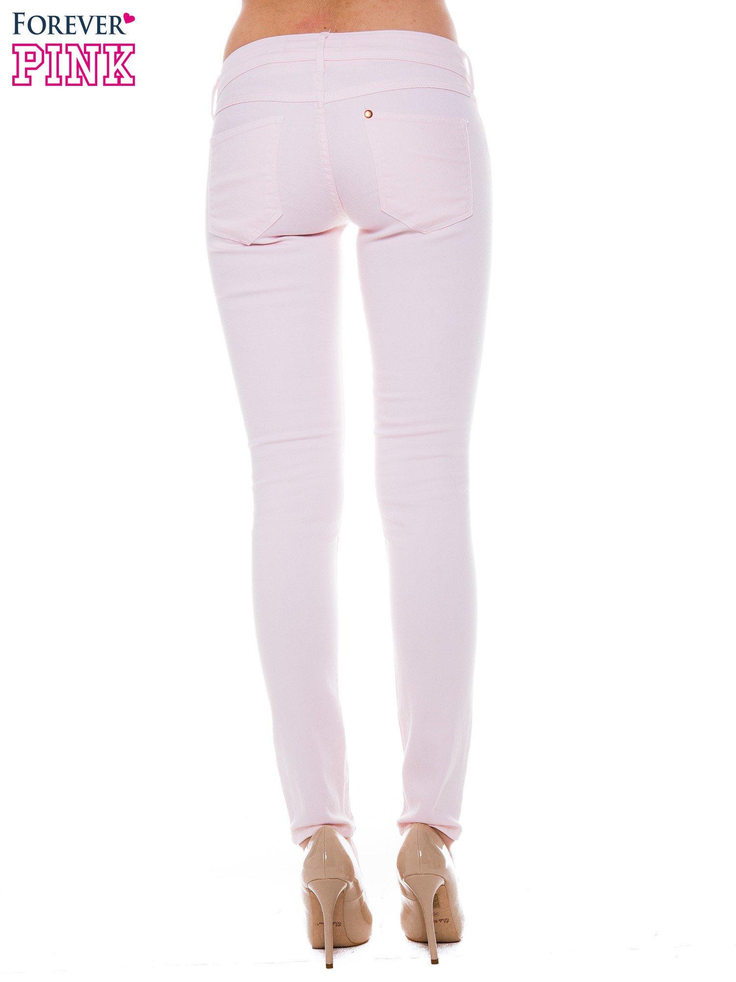Jasnoróżowe spodnie jeansowe typu rurki                                  zdj.                                  2