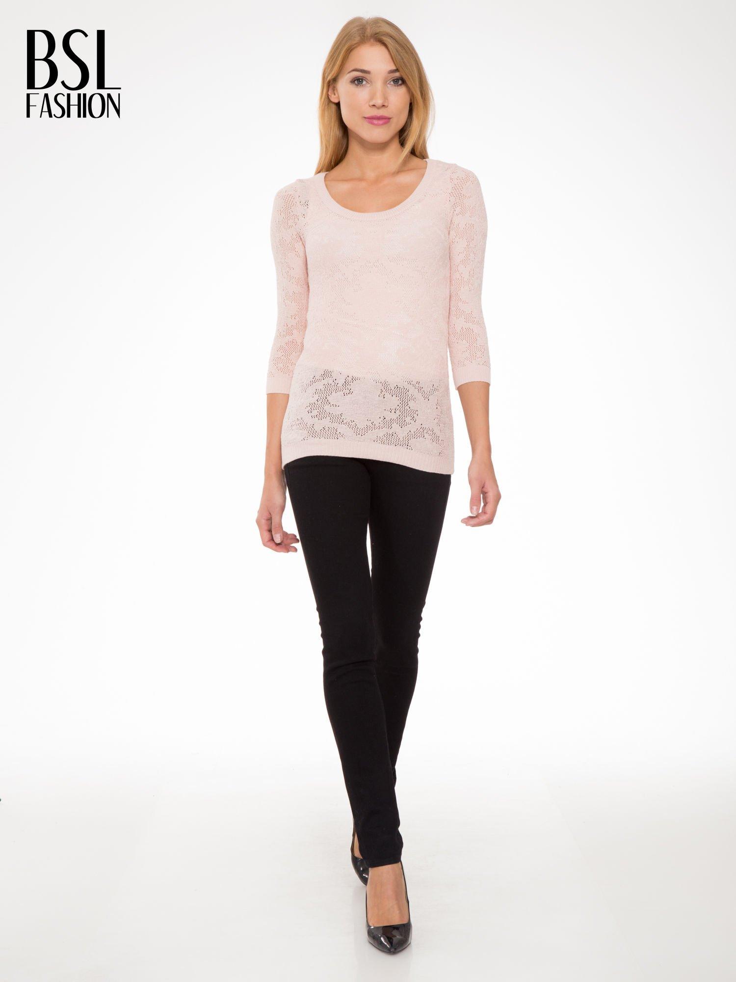 Jasnoróżowy ażurowy sweter z rękawami 3/4                                  zdj.                                  2