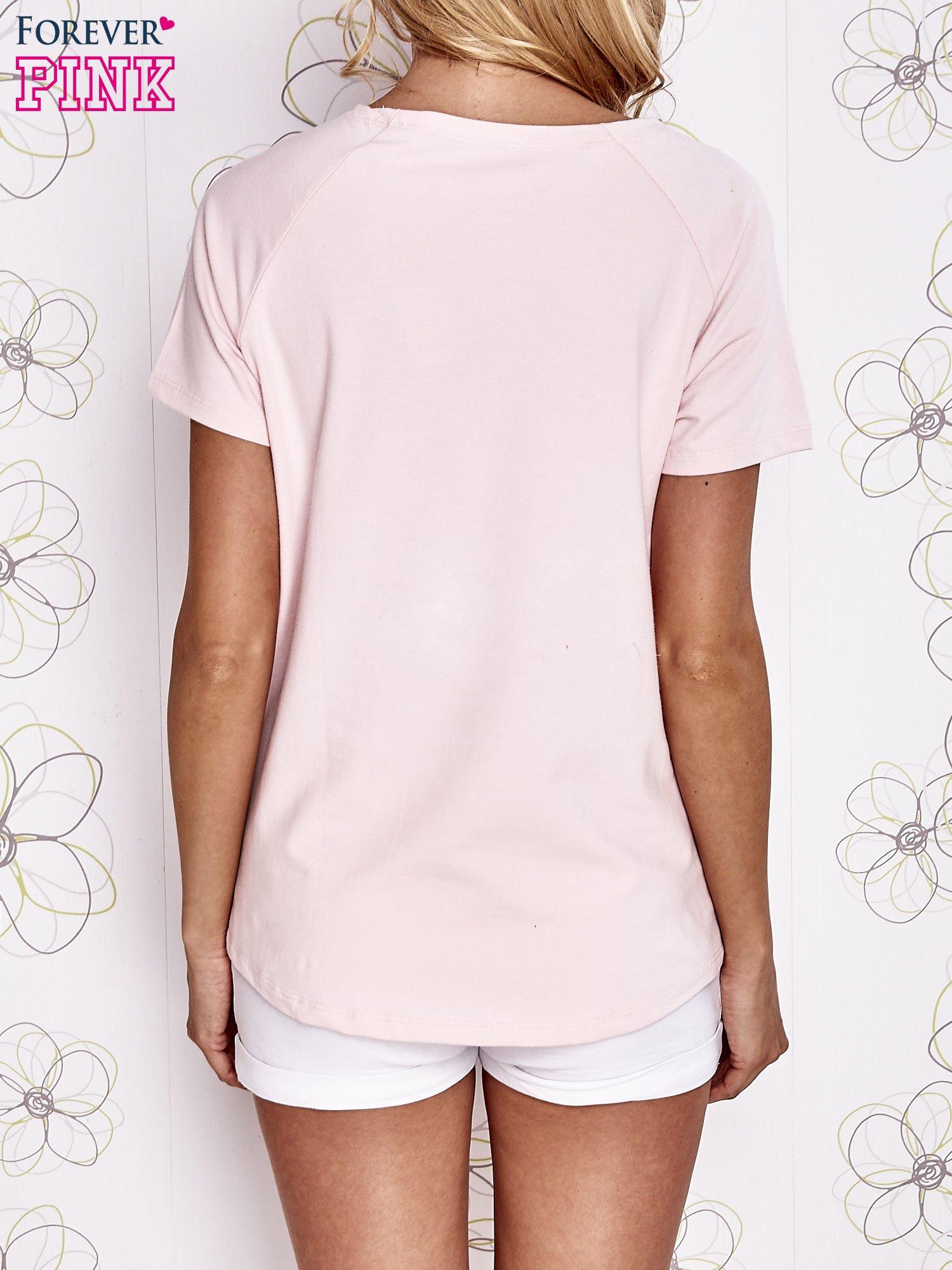 Jasnoróżowy t-shirt z aplikacją owadów                                   zdj.                                  4