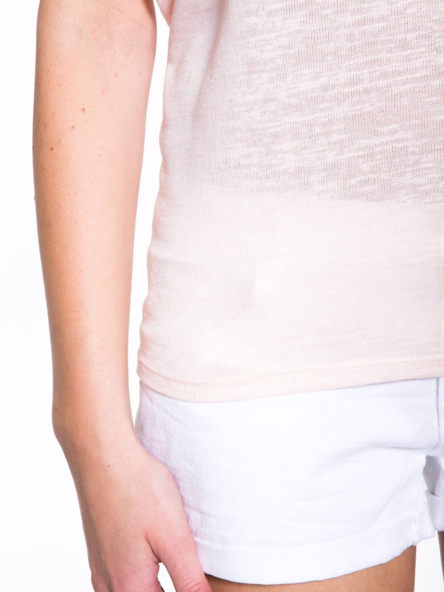 Jasnoróżowy t-shirt z kwiatowym napisem STOP SMELL ROSES                                  zdj.                                  7