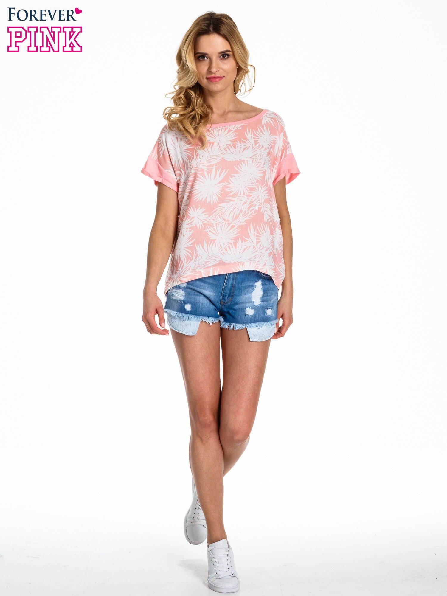 Jasnoróżowy t-shirt z nadrukiem w palmy                                  zdj.                                  2