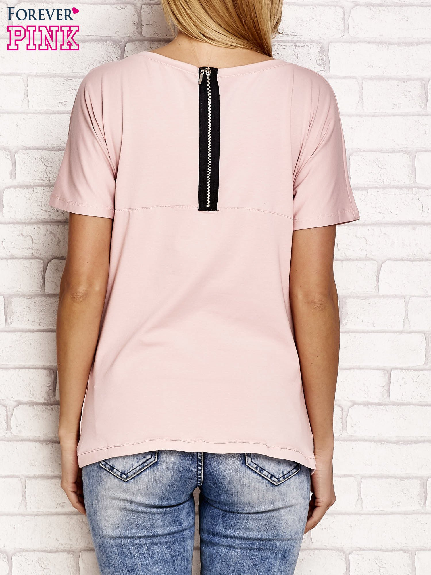 Jasnoróżowy t-shirt z napisem J'ADORE LE NOIR                                  zdj.                                  2