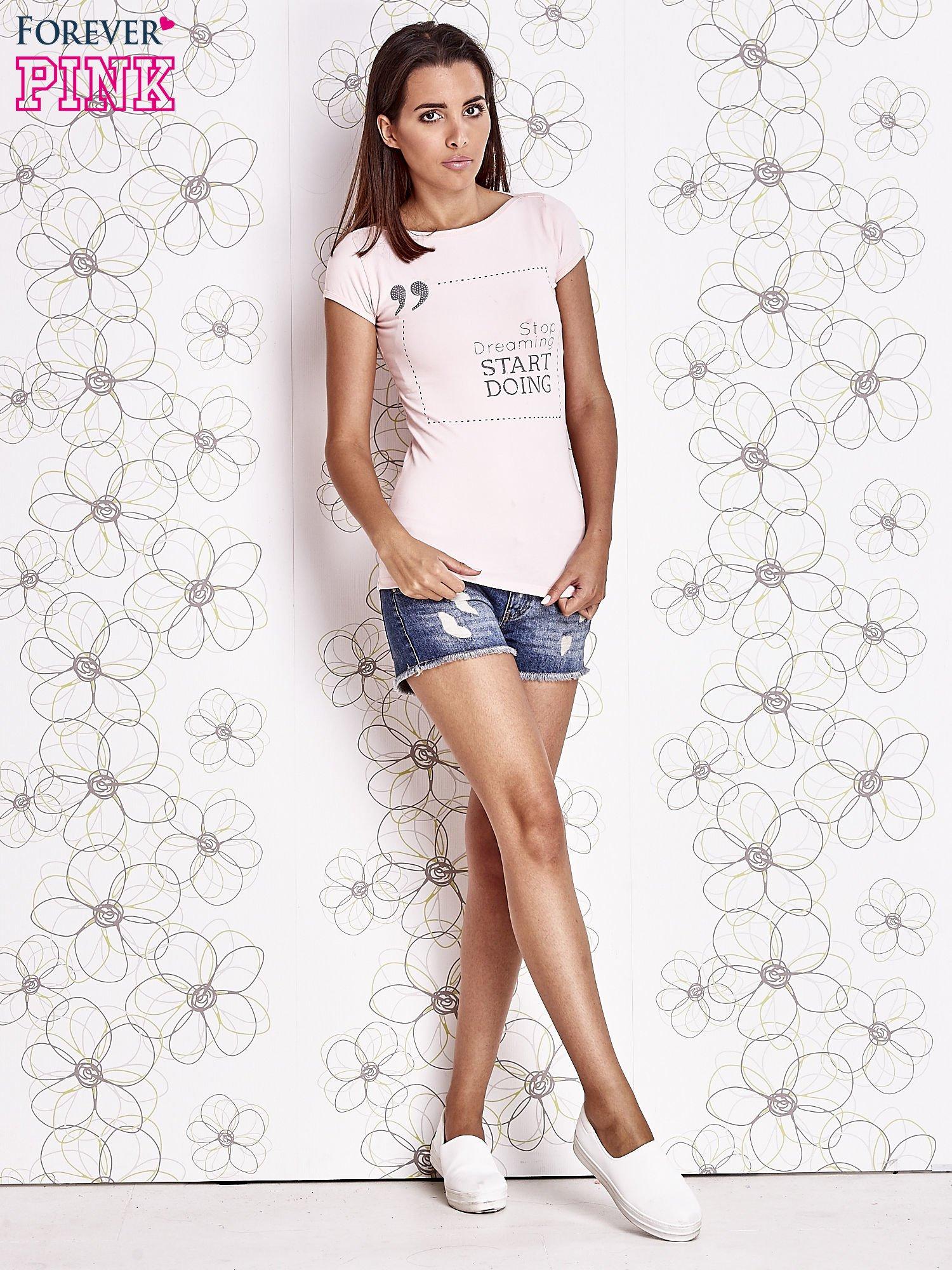 Jasnoróżowy t-shirt z napisem STOP DREAMING START DOING                                  zdj.                                  2