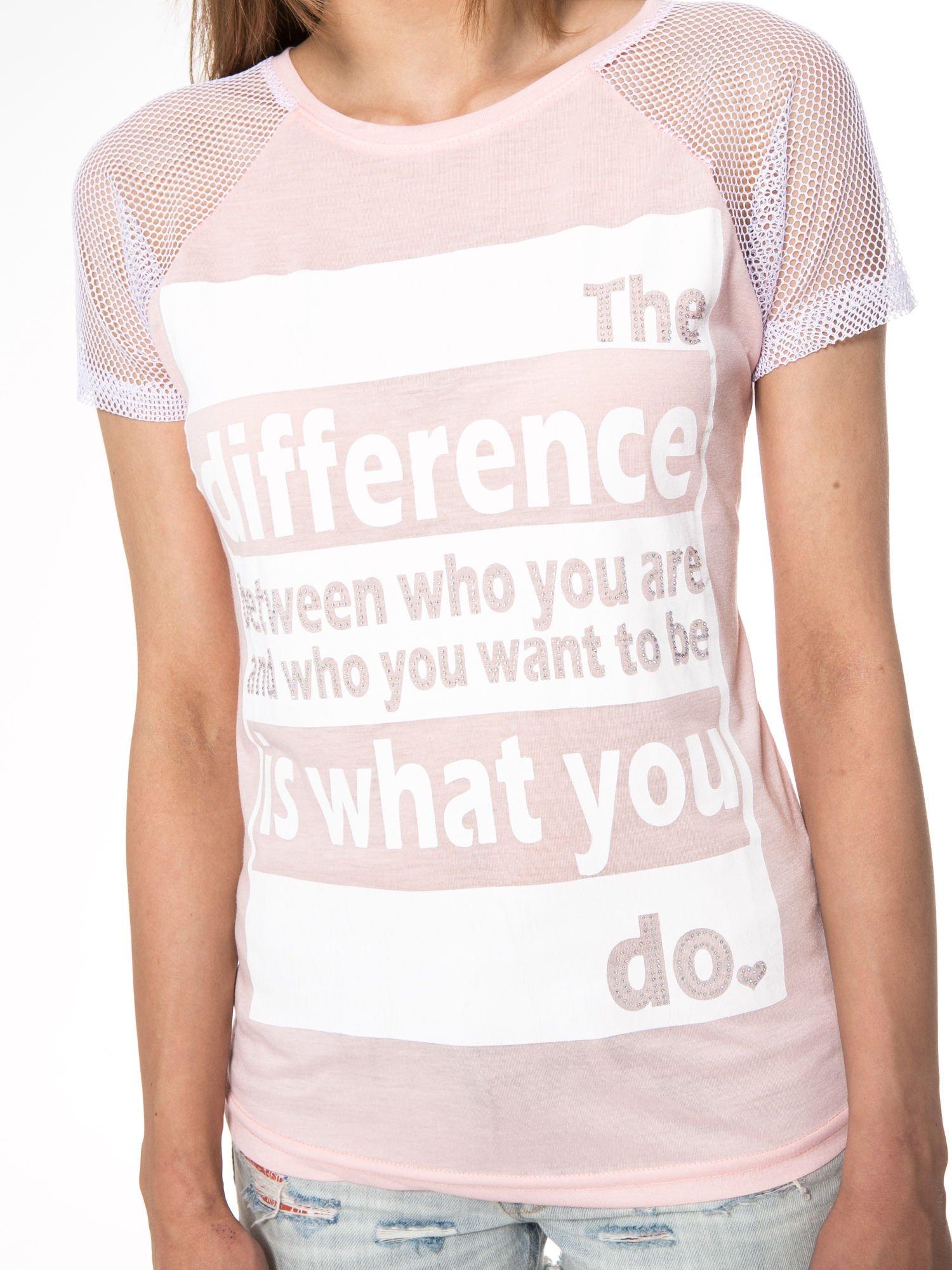 Jasnoróżowy t-shirt z napisem i siateczkowymi rękawami                                  zdj.                                  8