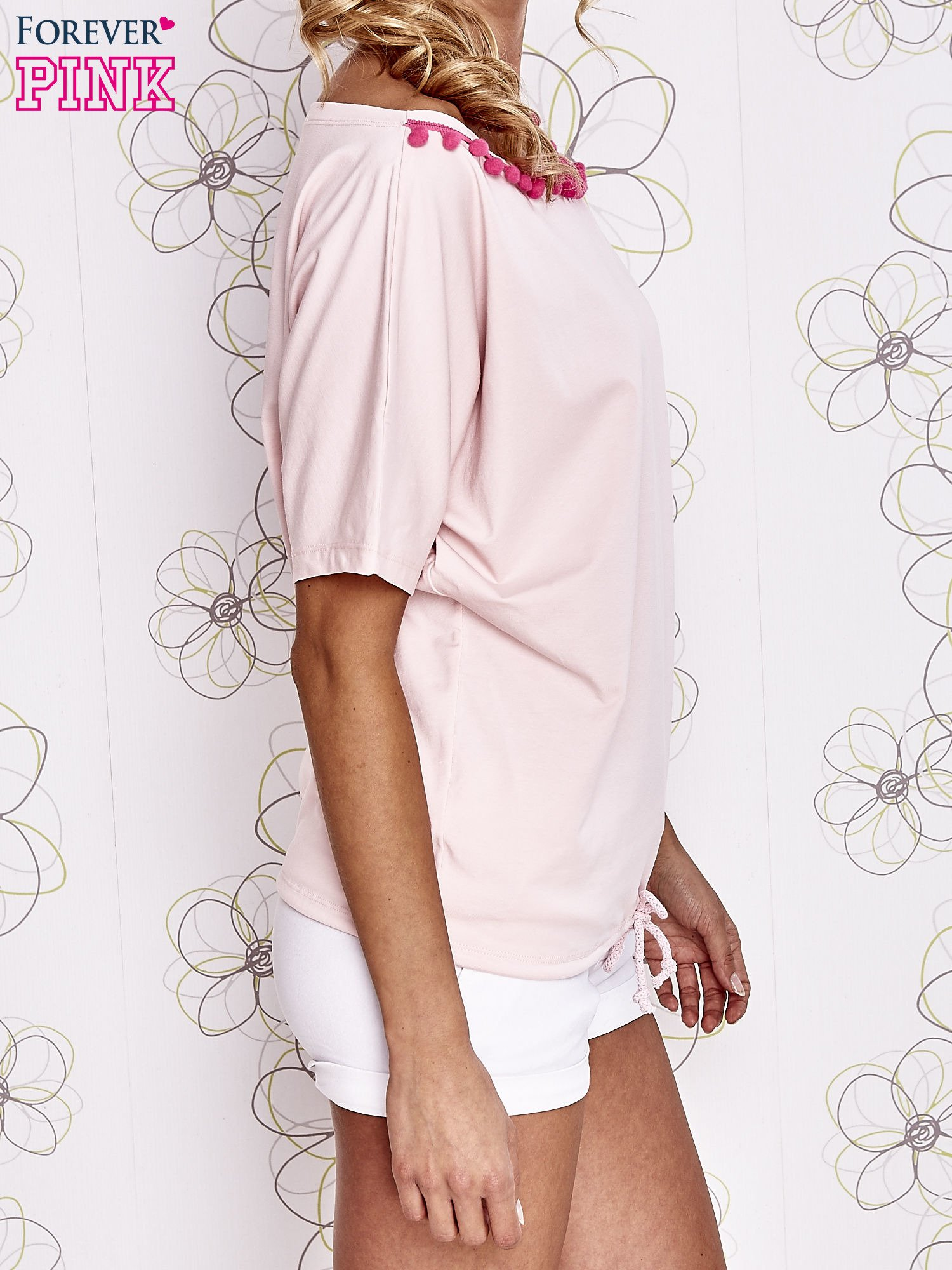 Jasnoróżowy t-shirt z różowymi pomponikami przy dekolcie                                  zdj.                                  3