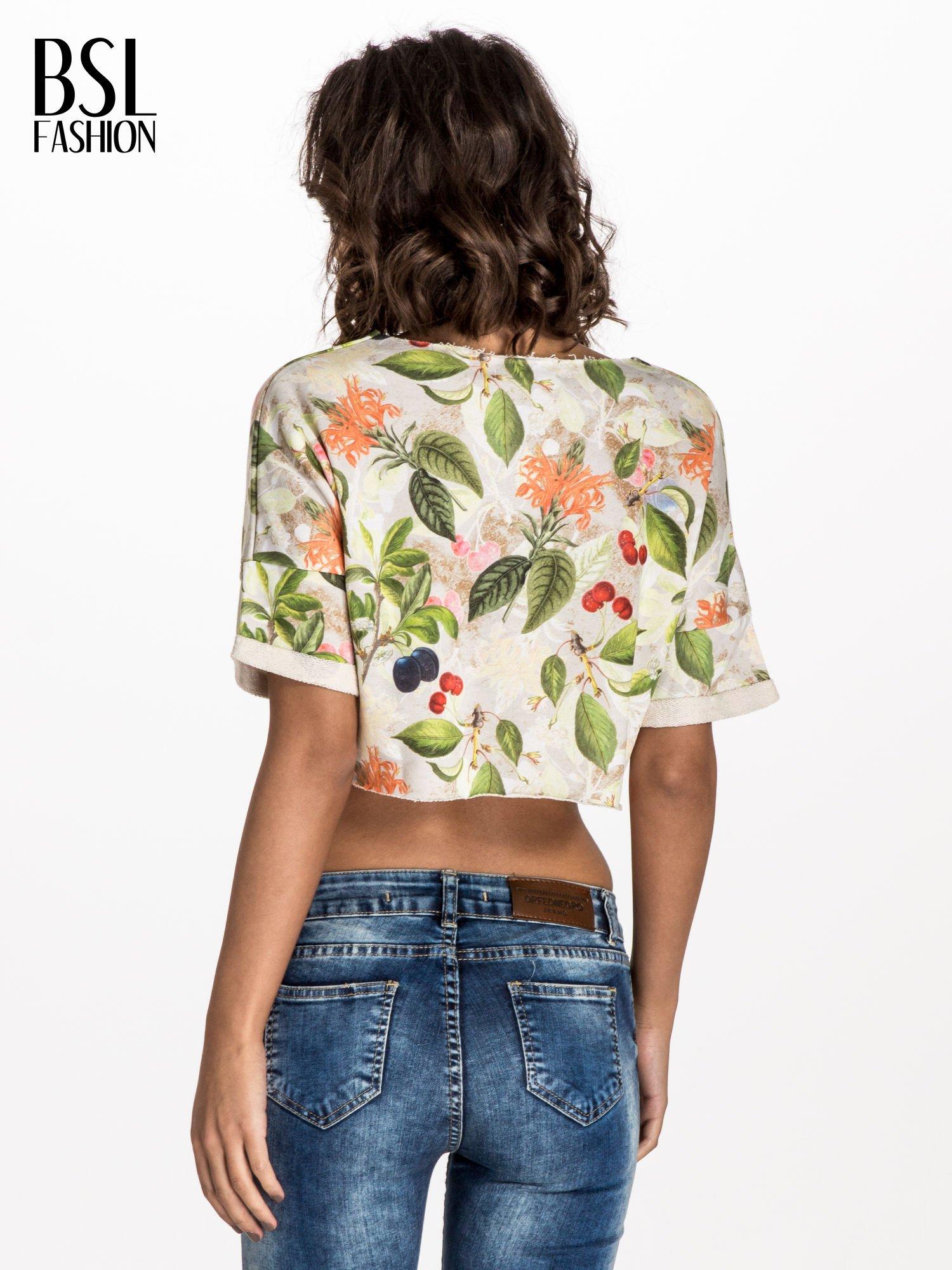Jasnoszara bluza cropped z nadrukiem numerycznym                                  zdj.                                  2