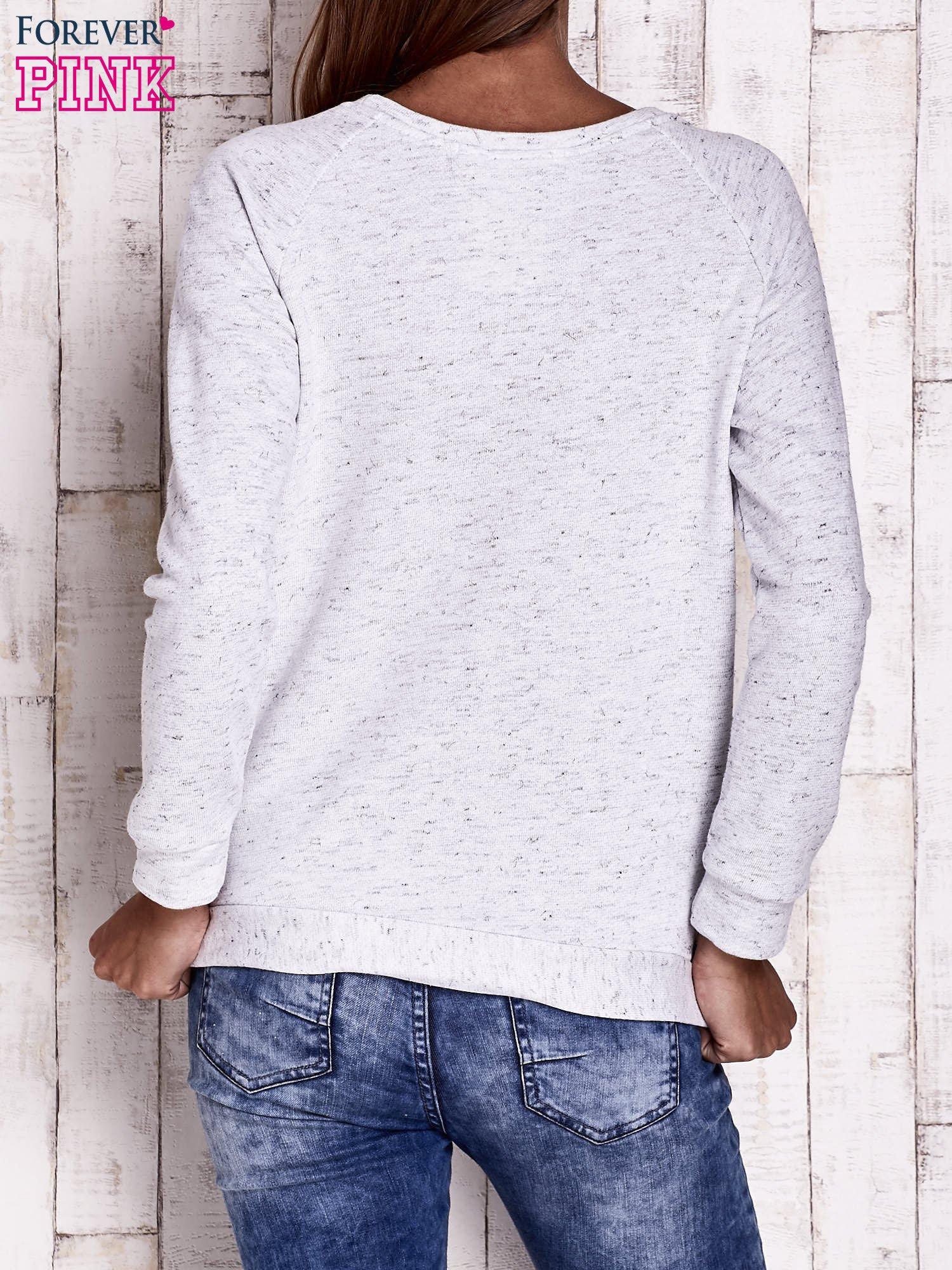 Jasnoszara bluza z motywem piór i napisem                                  zdj.                                  4