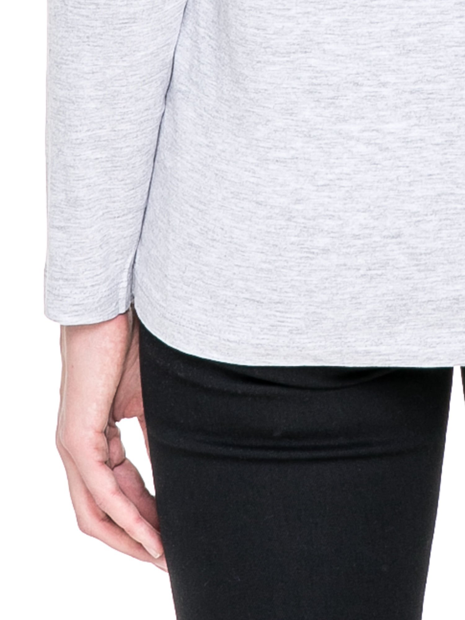 Jasnoszara bluzka z koronkową wstawką na rękawach i z tyłu                                  zdj.                                  6
