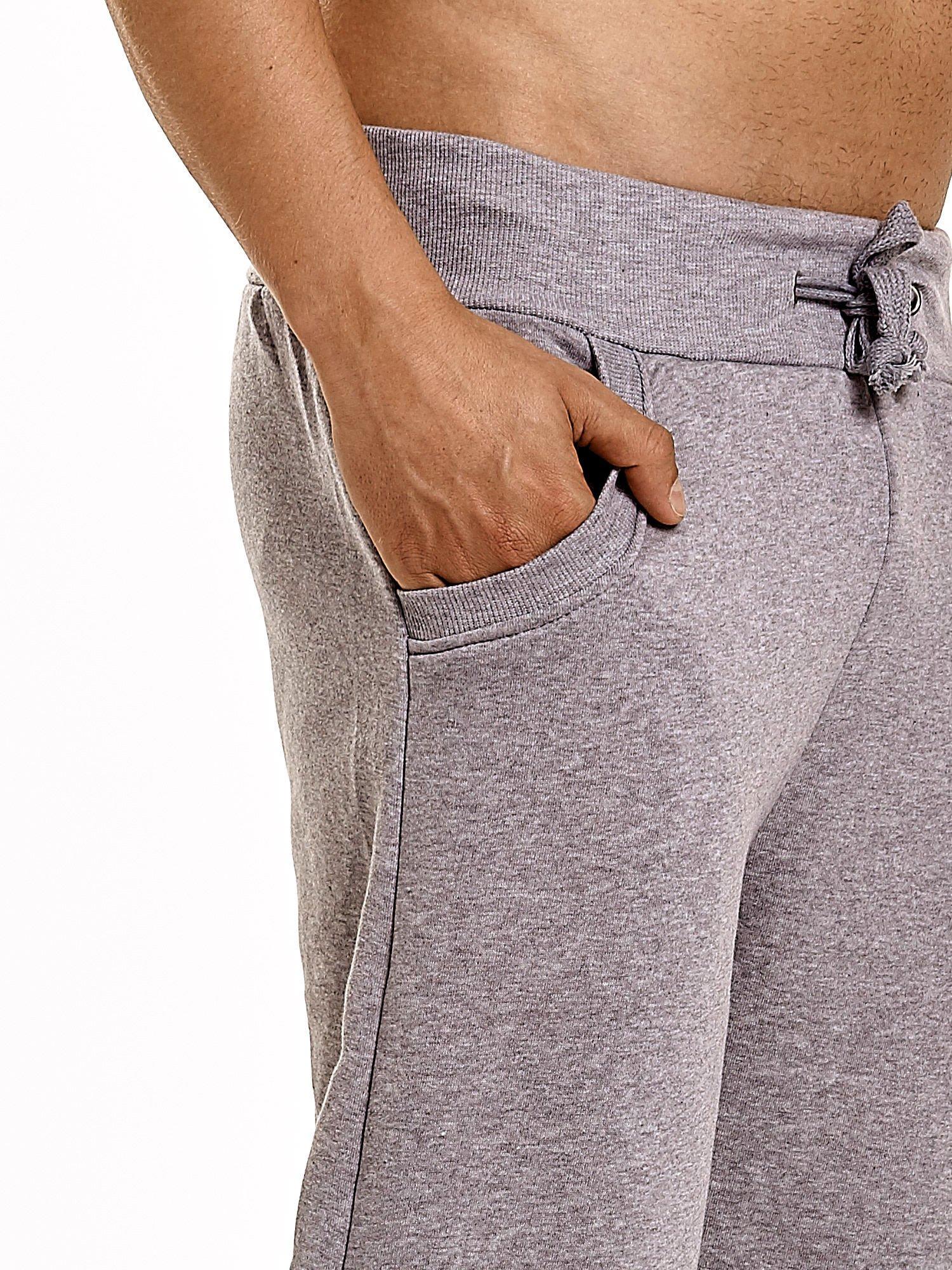 Jasnoszare dresowe spodnie męskie z trokami w pasie i kieszeniami                                  zdj.                                  6