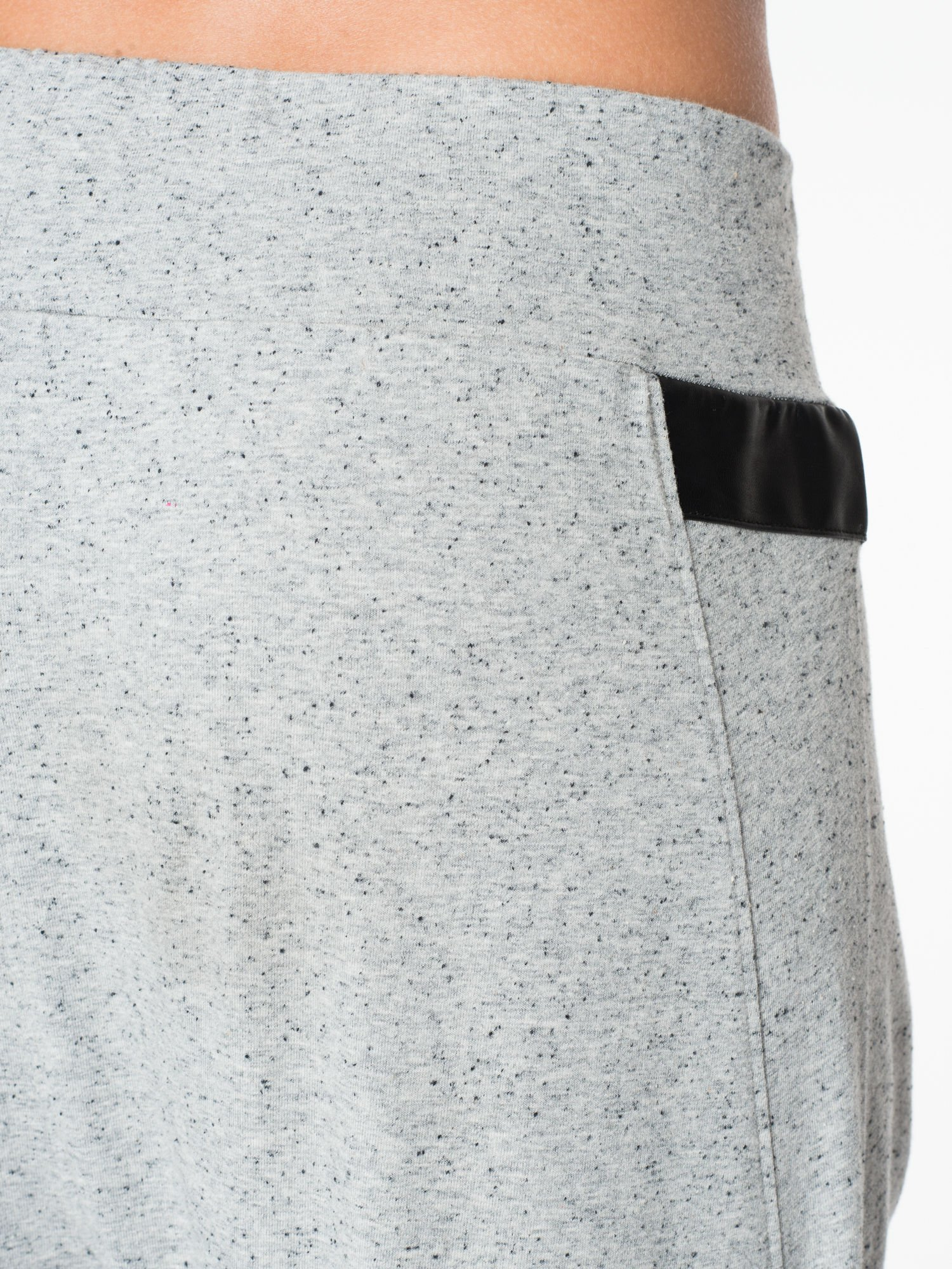 Jasnoszare spodnie capri z obniżanym krokiem                                  zdj.                                  7