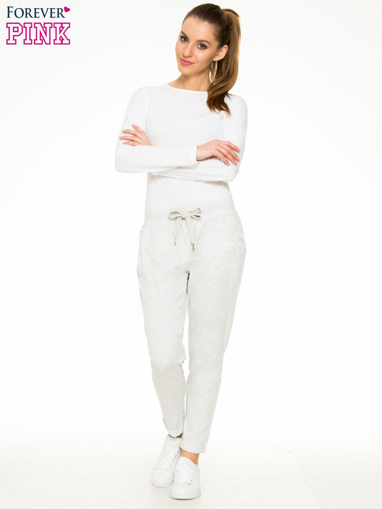 Jasnoszare spodnie dresowe z wywijanymi nogawkami                                  zdj.                                  4