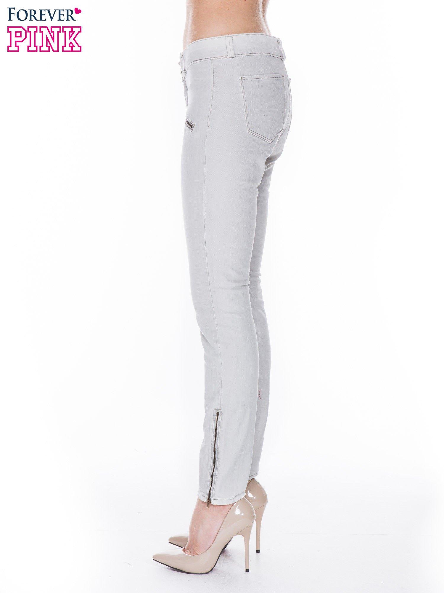 Jasnoszare spodnie jeansowe typu skinny z suwakami na górze i przy nogawkach                                  zdj.                                  3