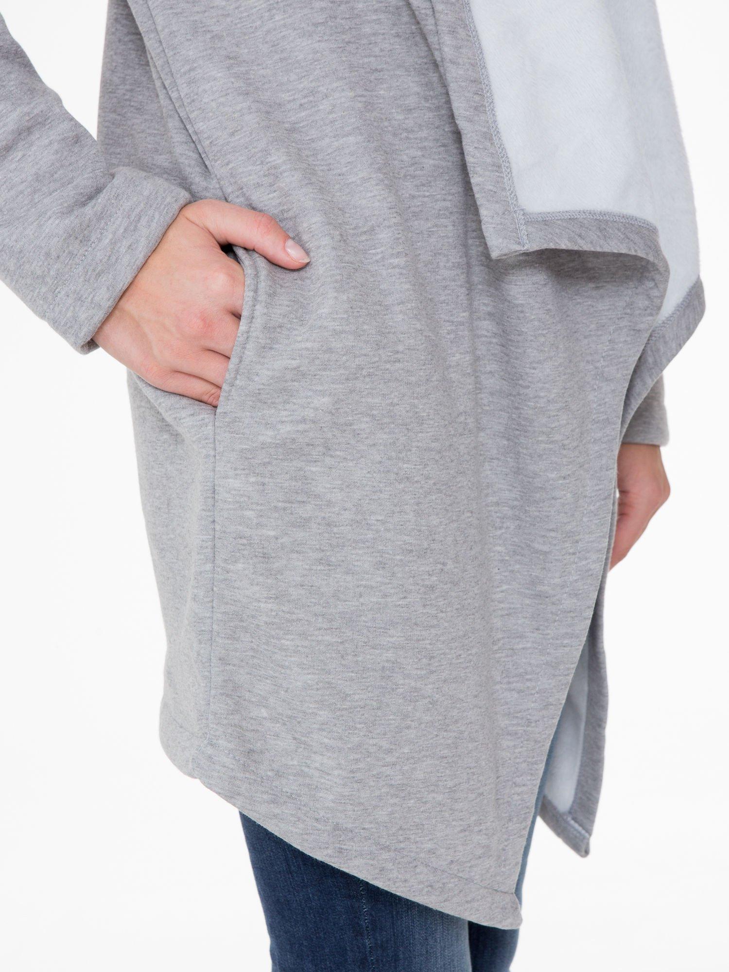 Jasnoszary płaszcz dresowy z asymetrycznymi bokami                                  zdj.                                  8