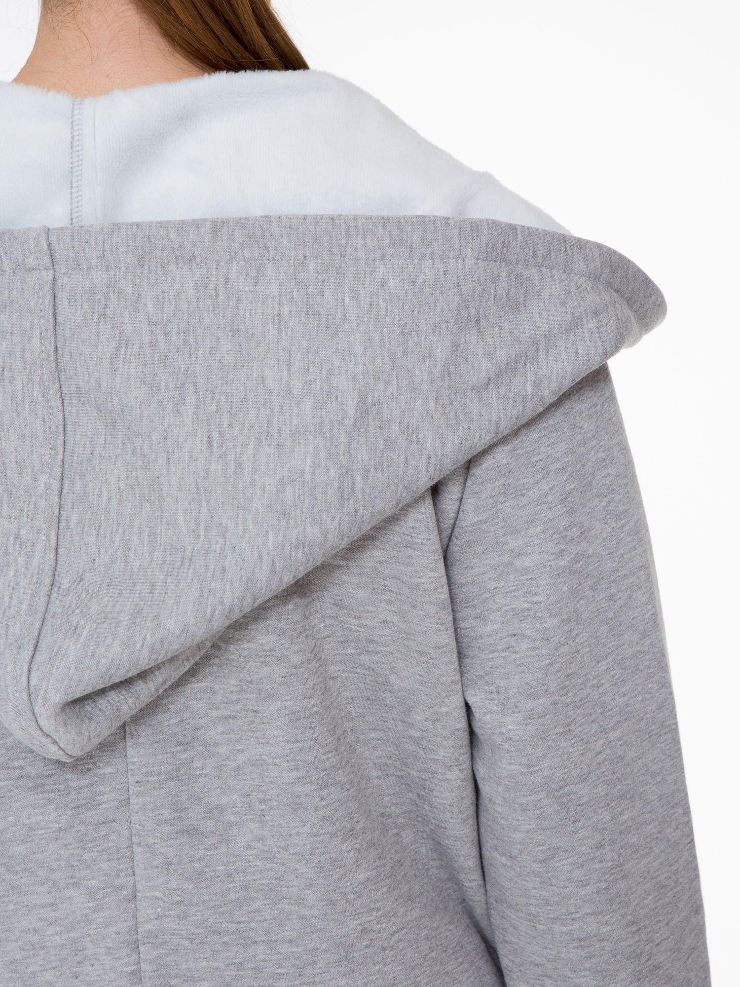 Jasnoszary płaszcz dresowy z asymetrycznymi bokami                                  zdj.                                  9