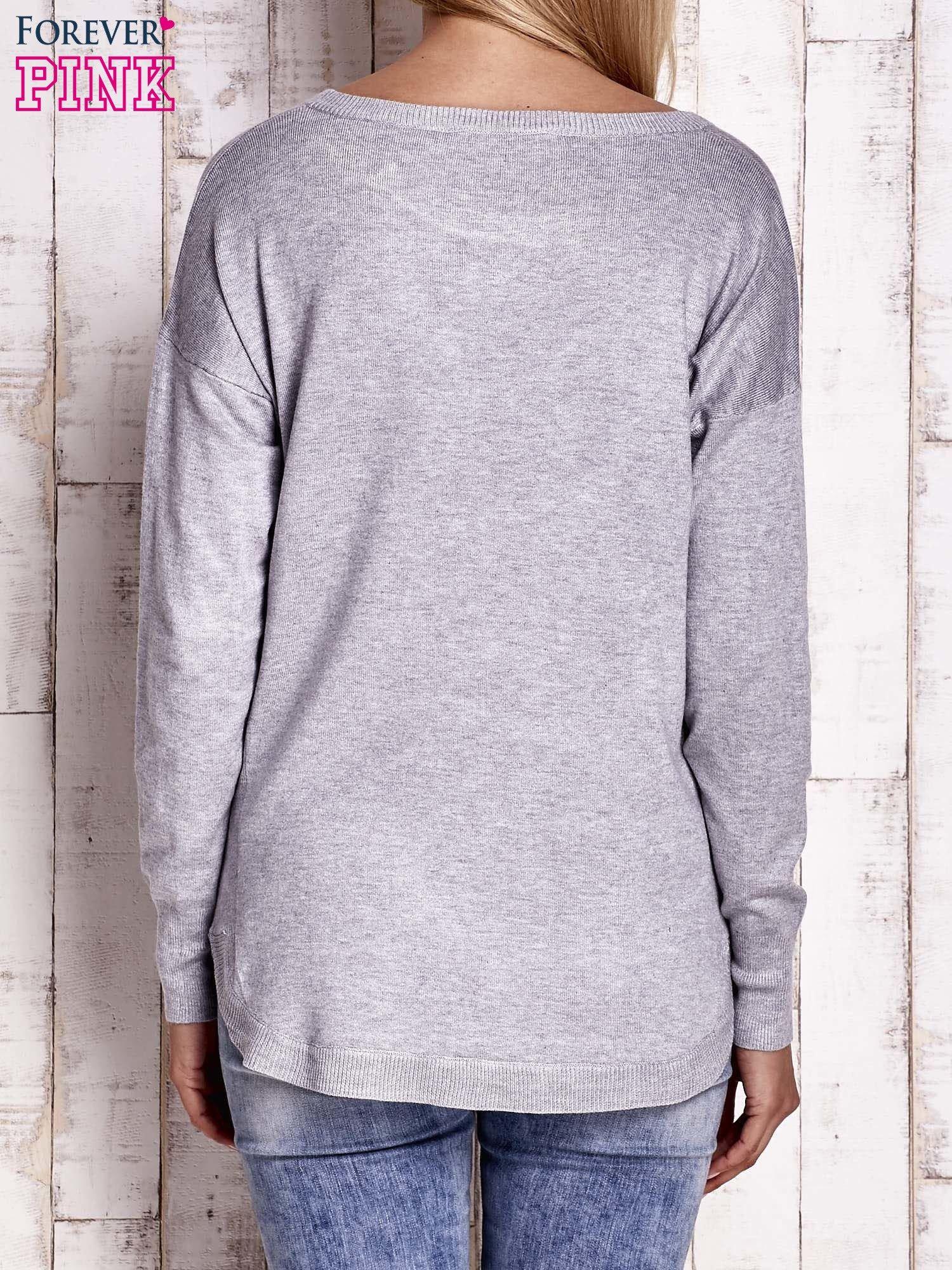 Jasnoszary sweter z okrągłym dekoltem                                  zdj.                                  4